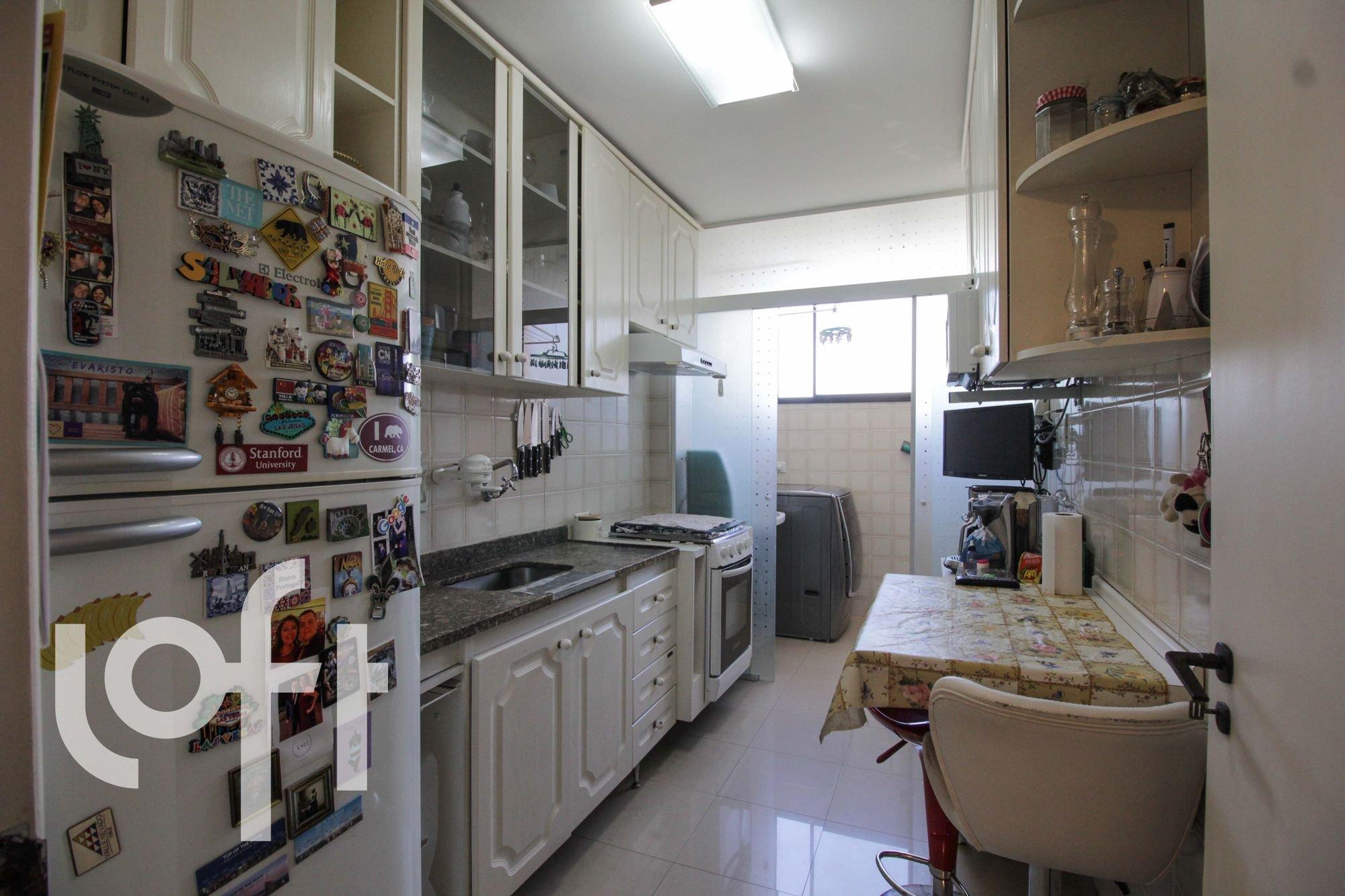 Foto de Cozinha com faca, garrafa, forno, geladeira, cadeira, pia