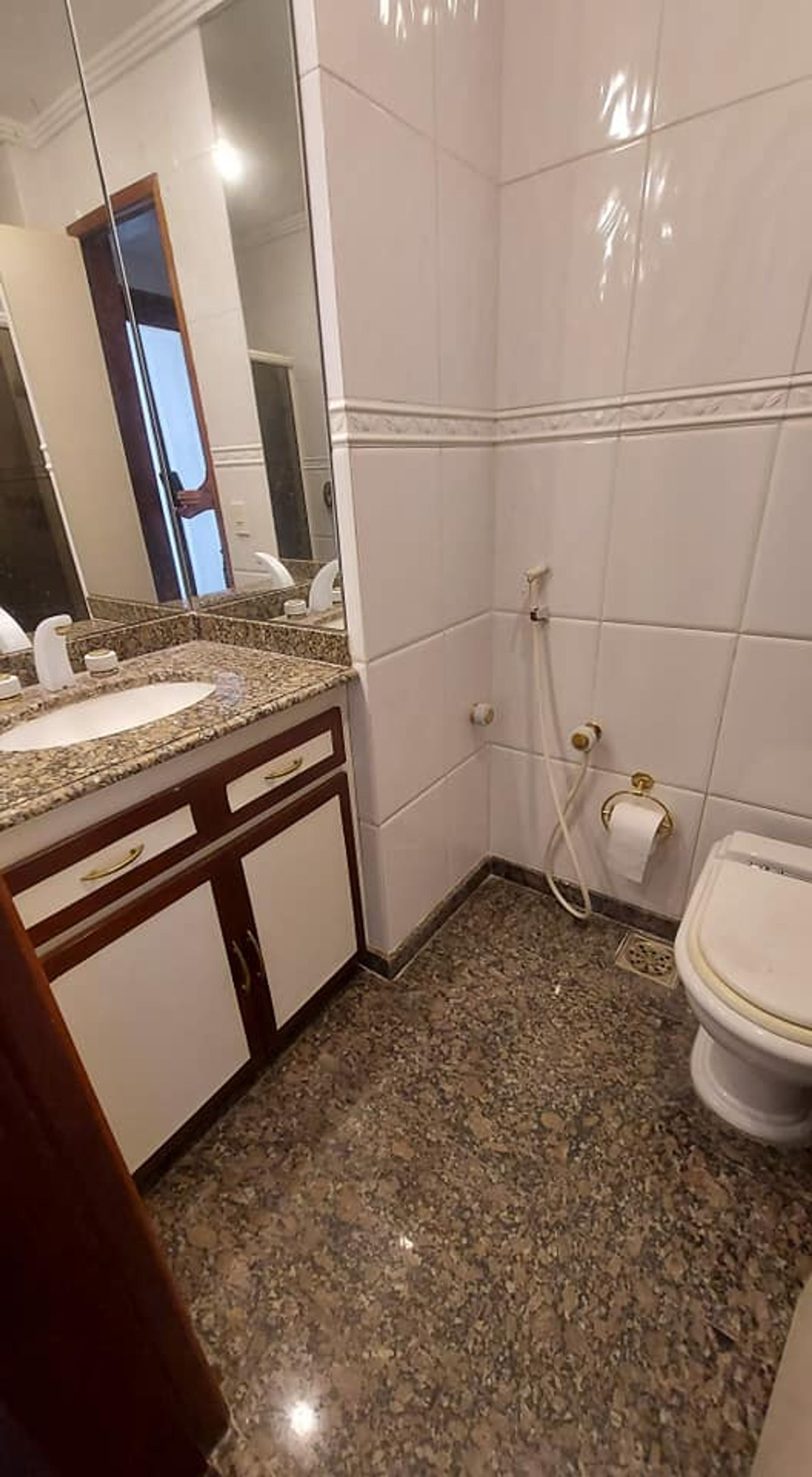 Foto de Banheiro com teclado, vaso sanitário