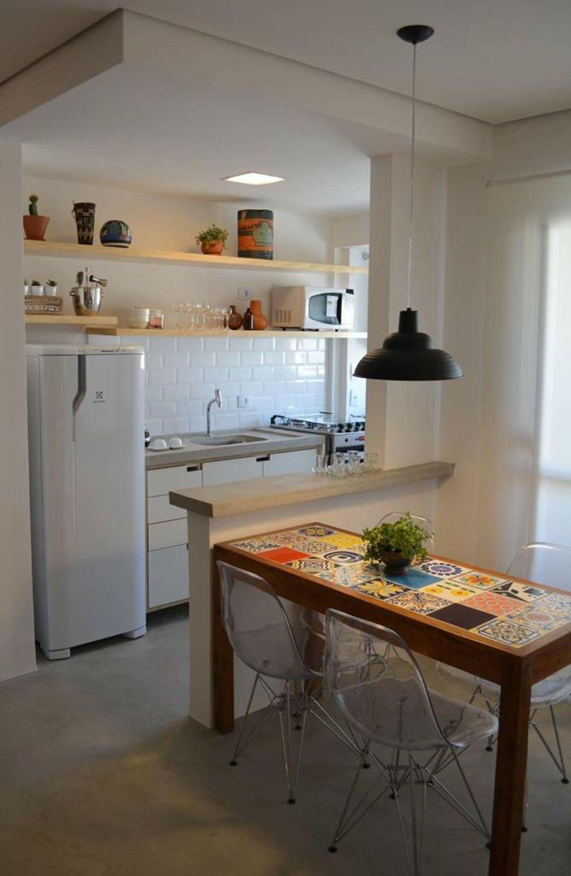 Foto de Cozinha com vaso de planta, copo de vinho, geladeira, cadeira, mesa de jantar, xícara