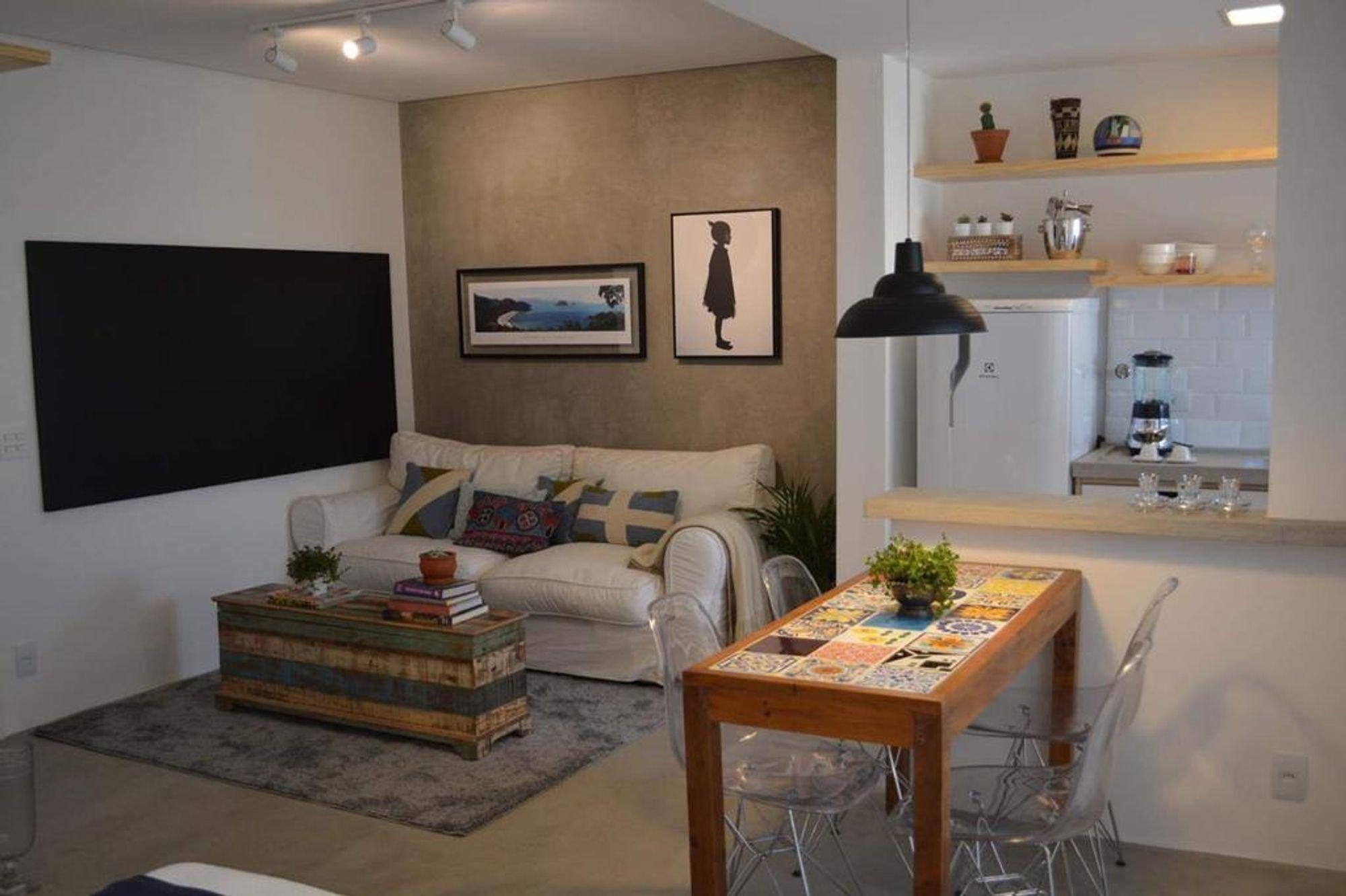 Foto de Sala com vaso de planta, sofá, vaso, cadeira, livro, mesa de jantar