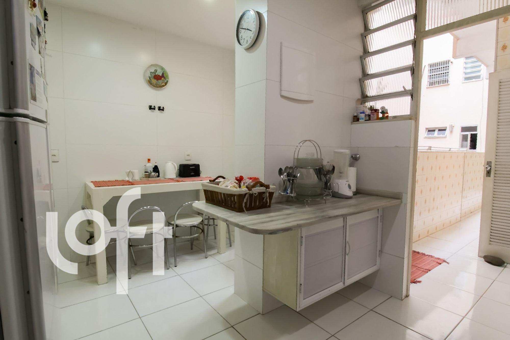 Foto de Cozinha com cadeira, relógio, garrafa