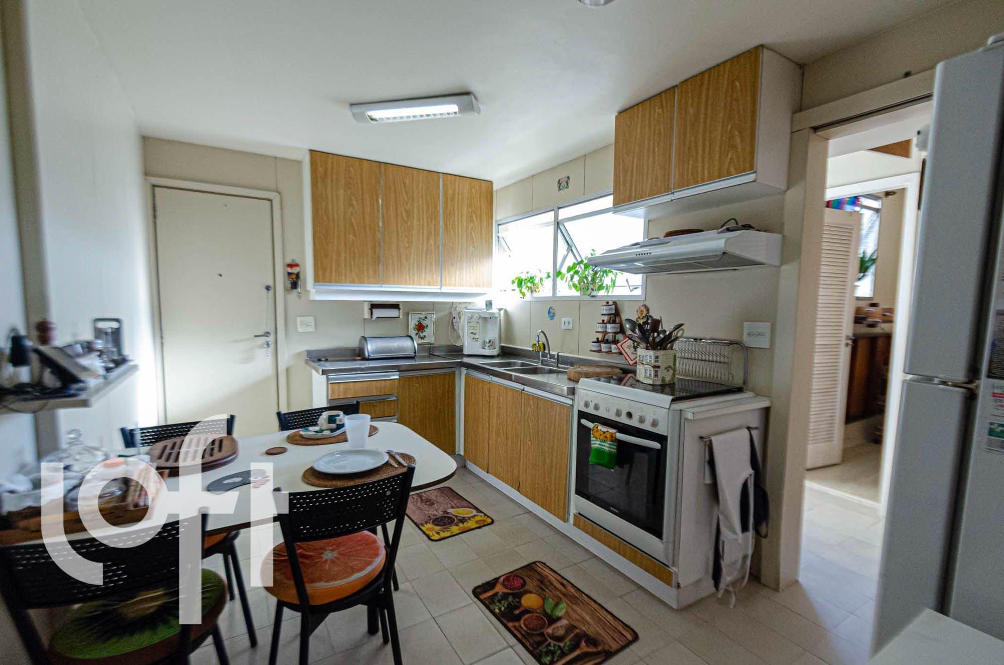 Foto de Cozinha com mouse, forno, pia, cadeira, livro, mesa de jantar, colher, xícara