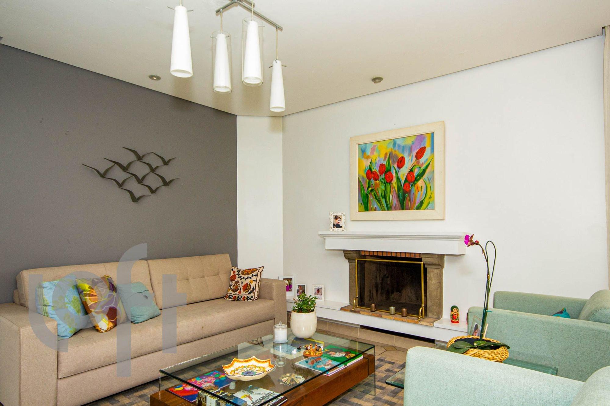 Foto de Sala com vaso de planta, sofá, tigela, cadeira