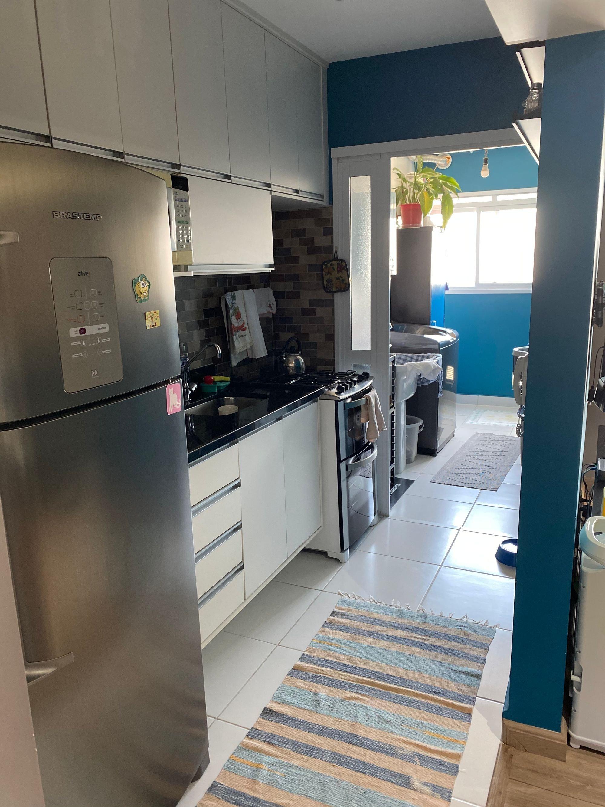 Foto de Cozinha com vaso de planta, forno, geladeira