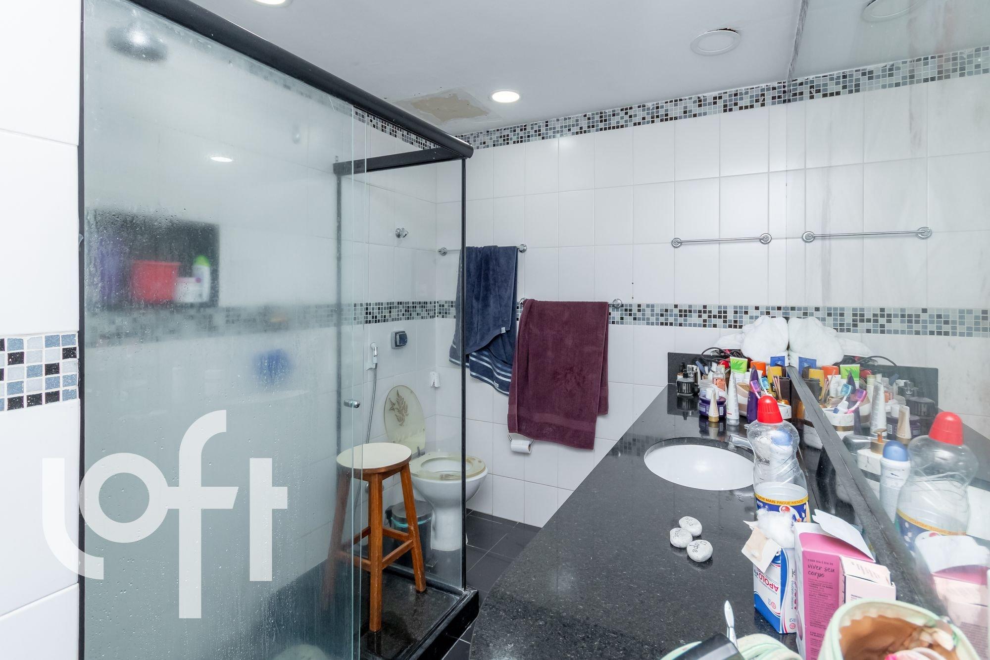 Foto de Banheiro com vaso sanitário, garrafa, pia, cadeira, xícara