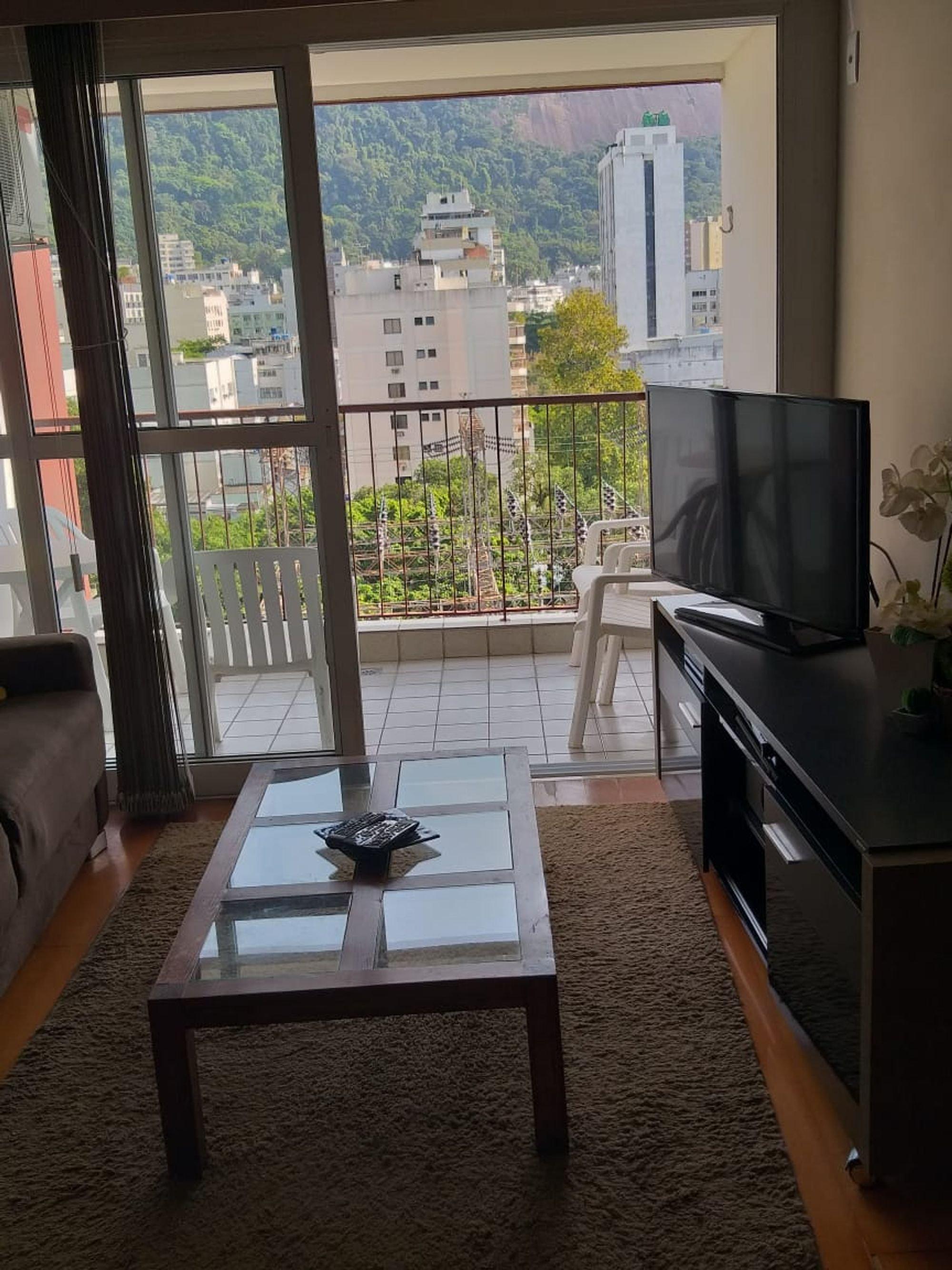 Foto de Varanda com vaso de planta, sofá, televisão, tigela