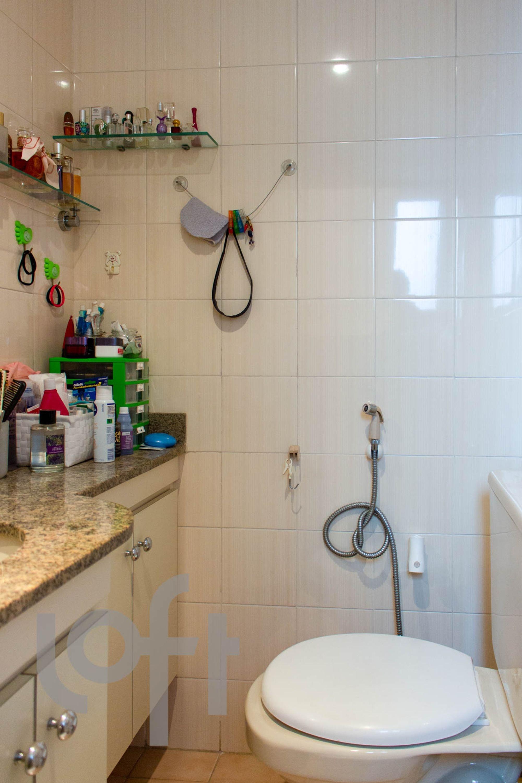 Foto de Banheiro com vaso sanitário, faca, garrafa