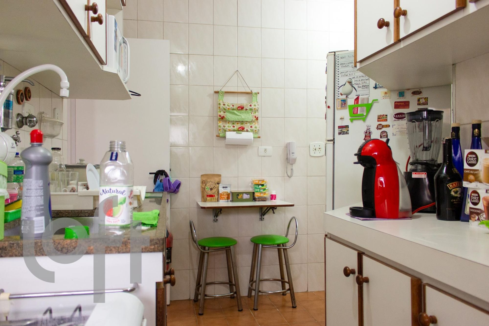 Foto de Cozinha com cadeira, garrafa