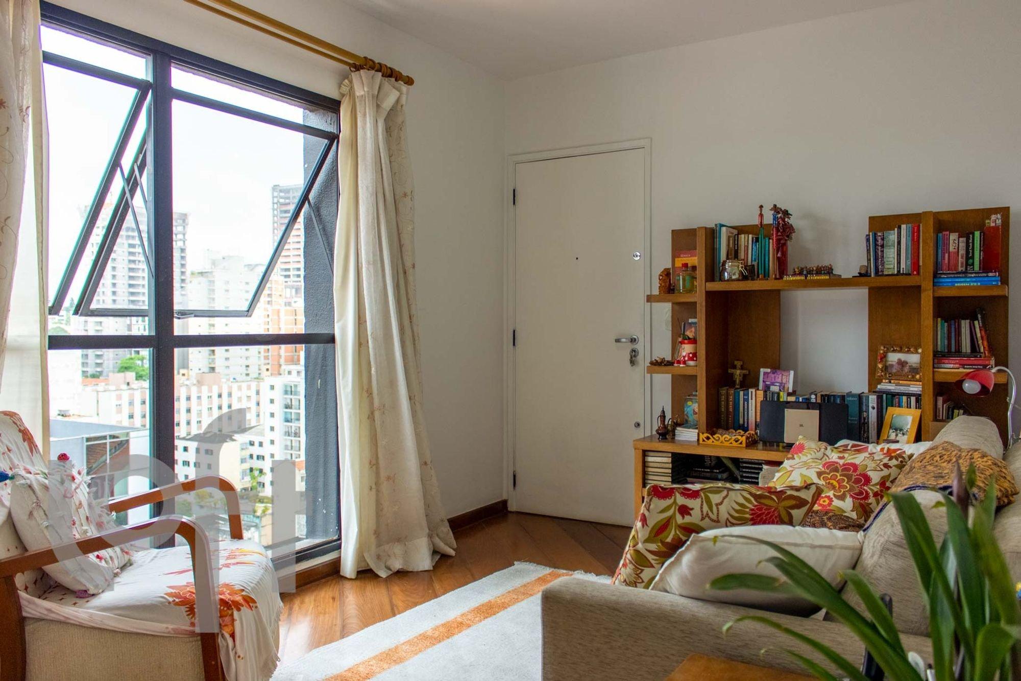 Foto de Quarto com sofá, cadeira, livro