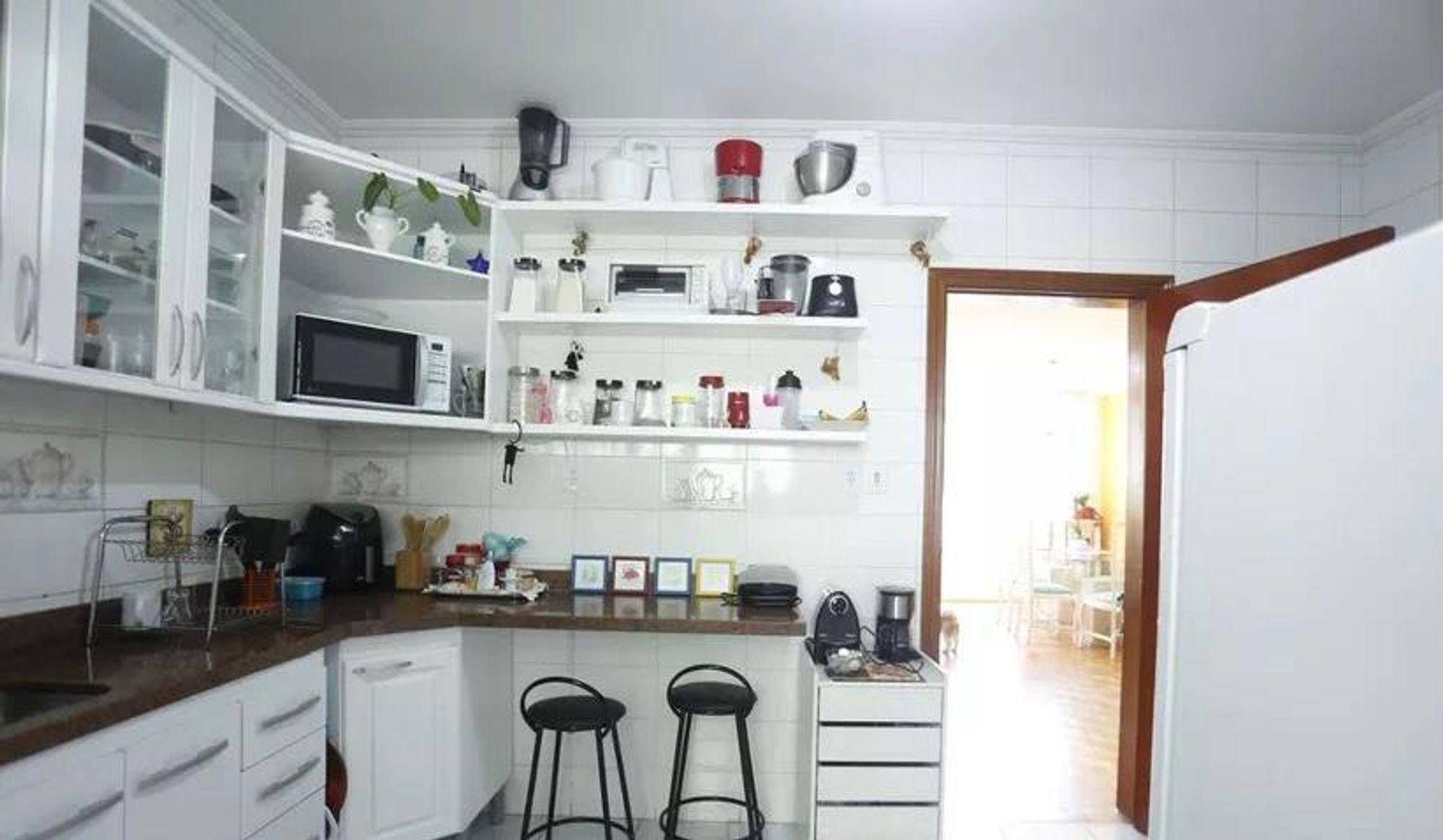 Foto de Cozinha com cadeira, microondas, garrafa