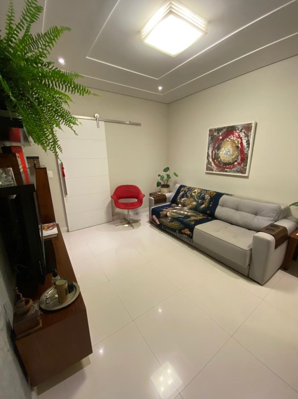 Foto de Sala com vaso de planta, sofá, televisão, cadeira, xícara