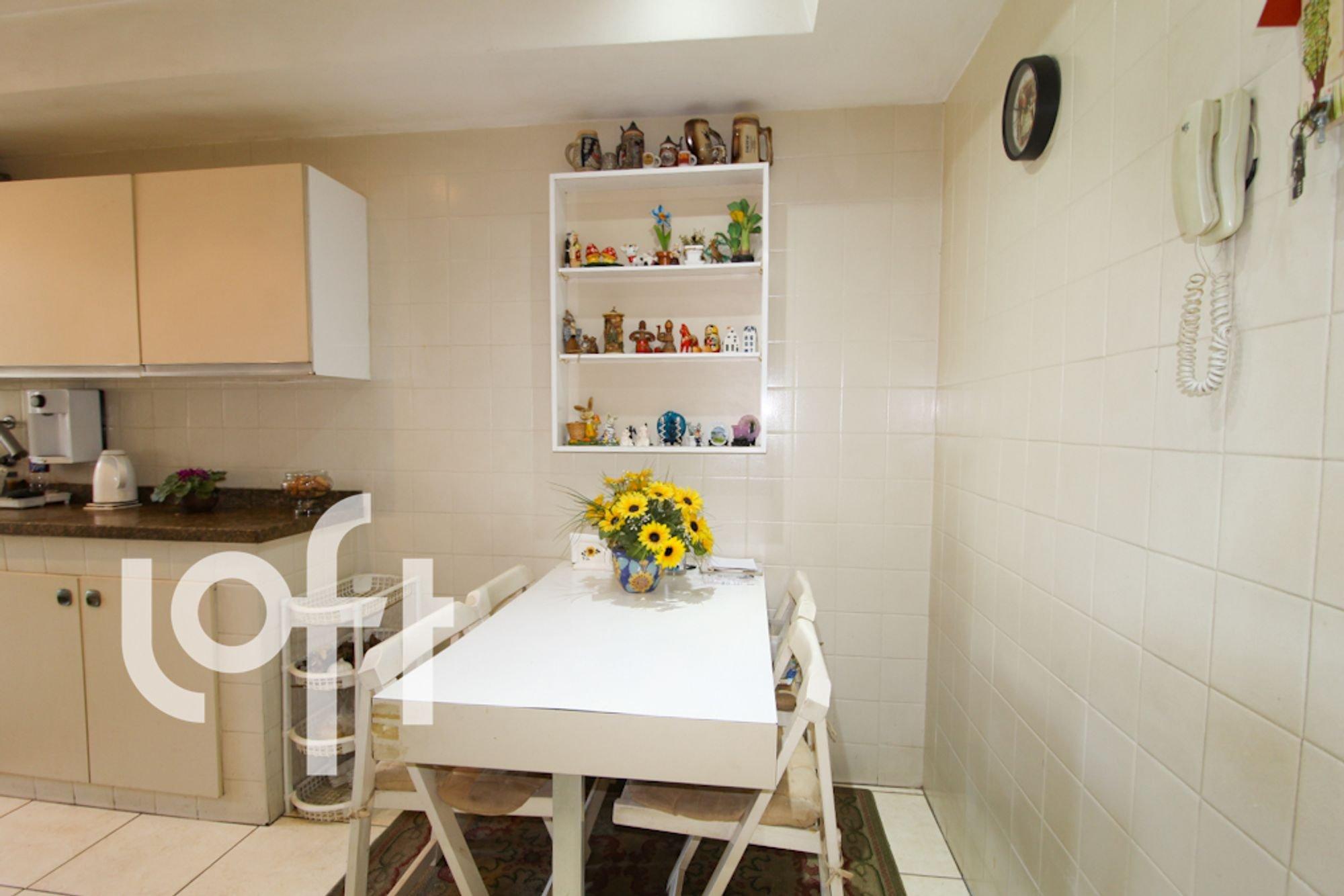 Foto de Cozinha com vaso, relógio, garrafa, cadeira, mesa de jantar