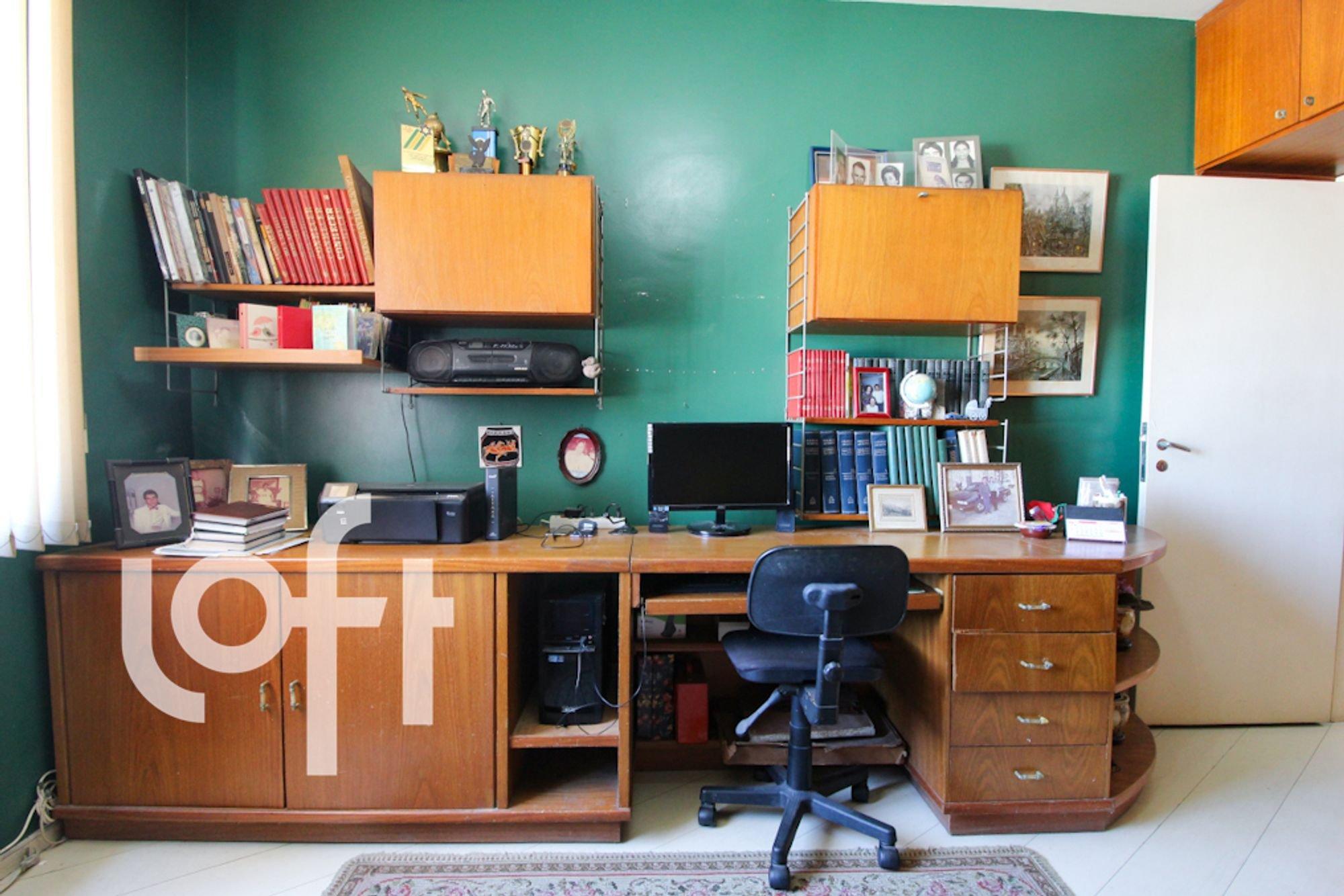 Foto de Quarto com televisão, relógio, cadeira, livro