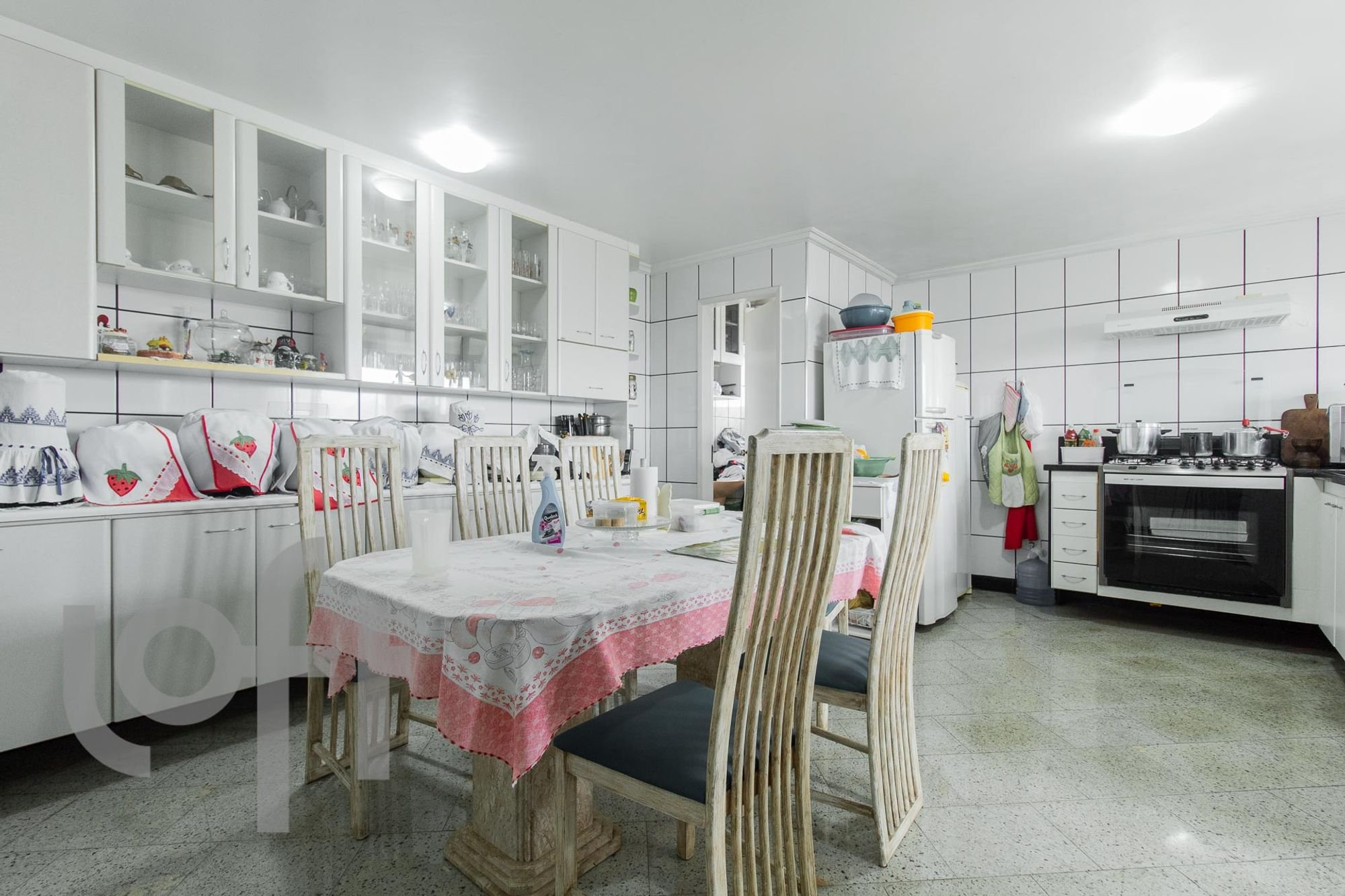 Foto de Cozinha com forno, cadeira, mesa de jantar, garrafa, tigela, geladeira, xícara
