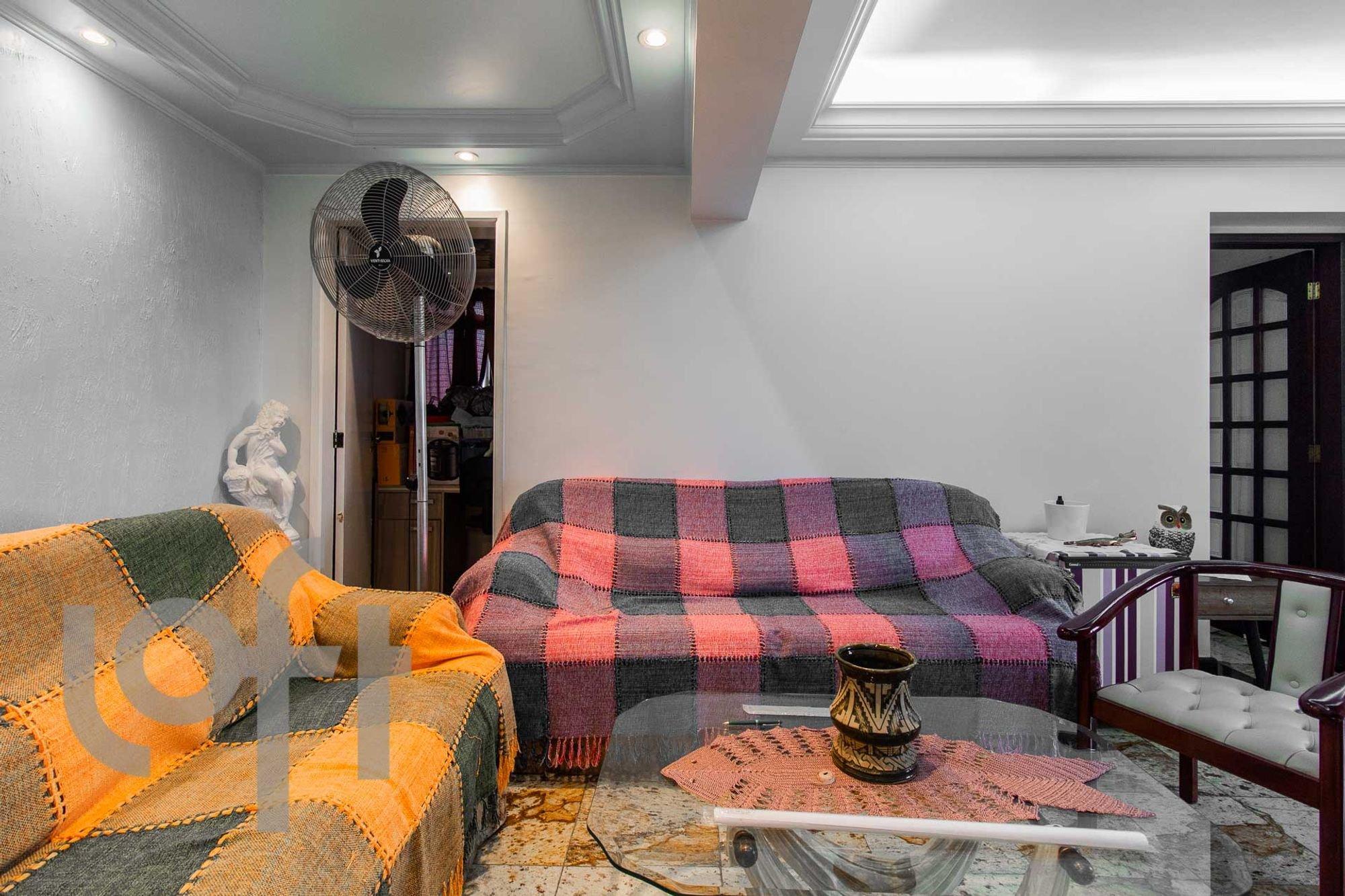 Foto de Quarto com sofá, vaso, cadeira