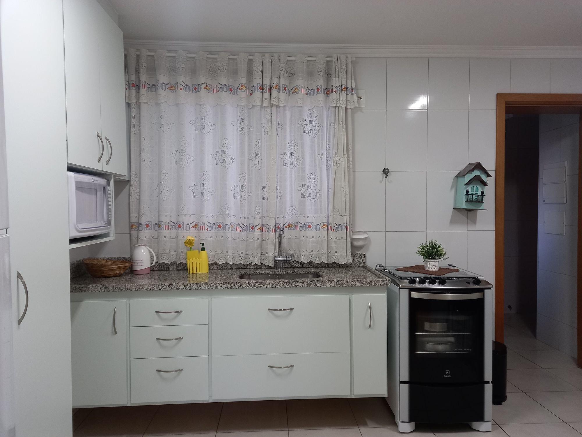 Foto de Cozinha com vaso de planta, vaso, garrafa, forno, tigela