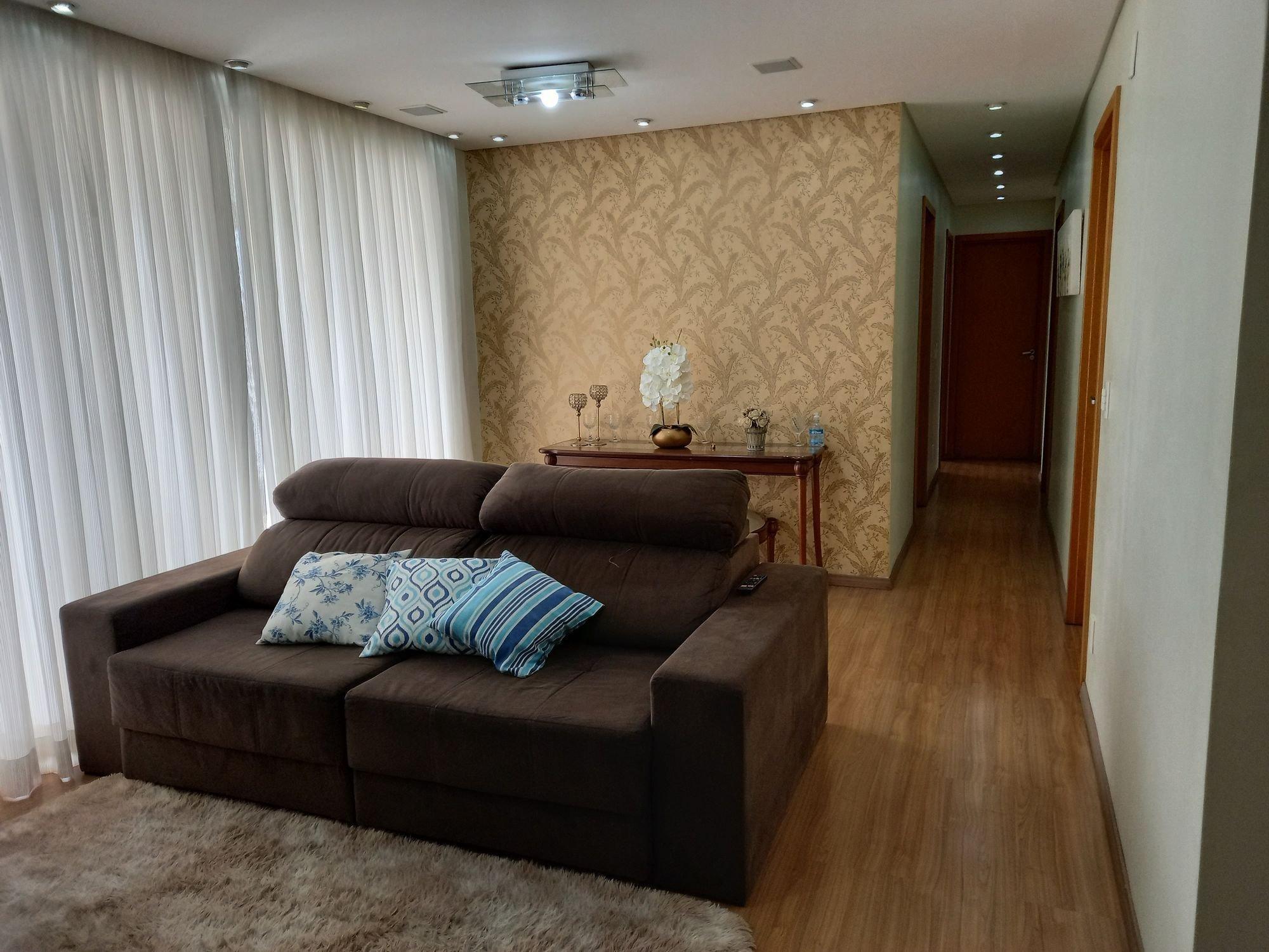Foto de Sala com copo de vinho, sofá, garrafa
