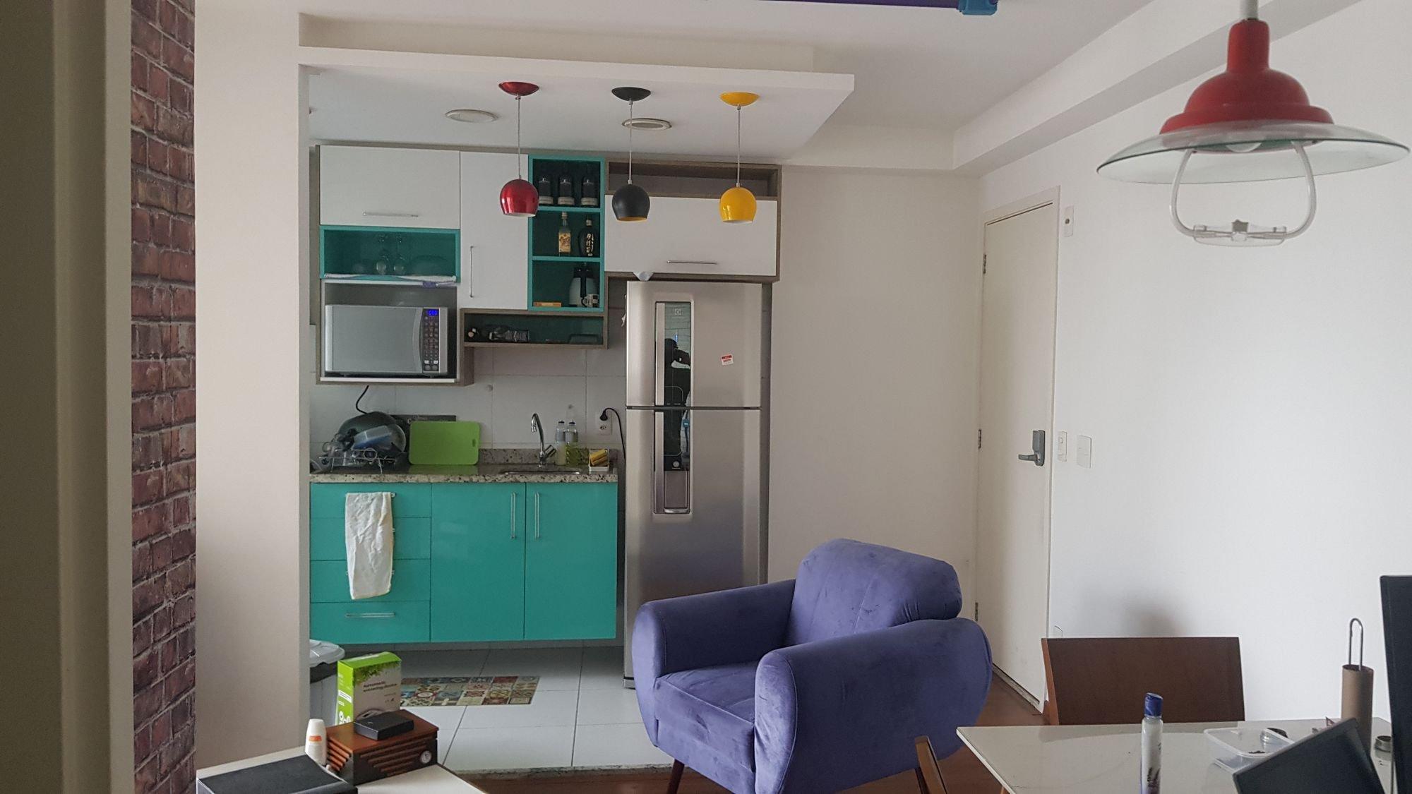 Foto de Cozinha com garrafa, computador portátil, geladeira, cadeira, microondas