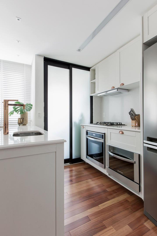 Foto de Cozinha com vaso de planta, faca, vaso, geladeira