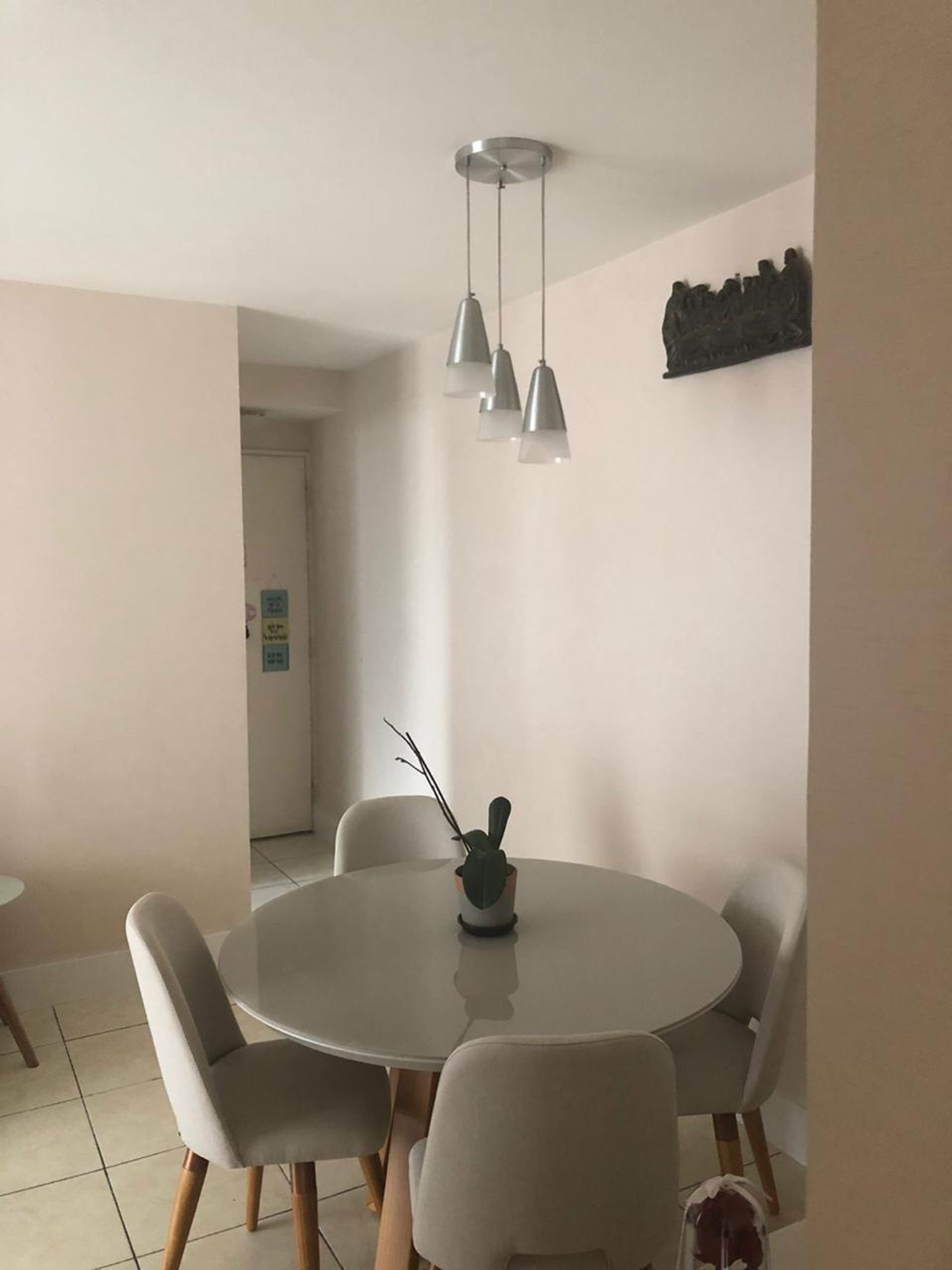 Foto de Sala com vaso, cadeira, mesa de jantar