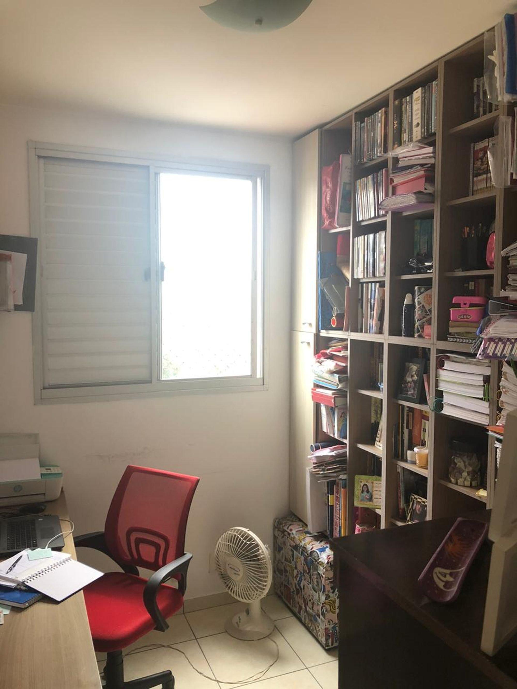 Foto de Quarto com cadeira, livro