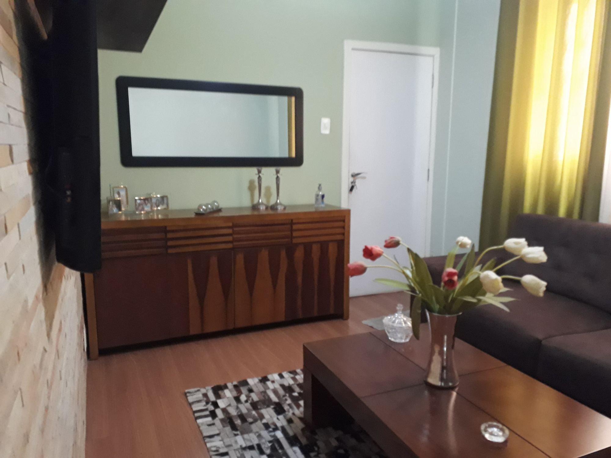 Foto de Sala com vaso de planta, televisão, vaso