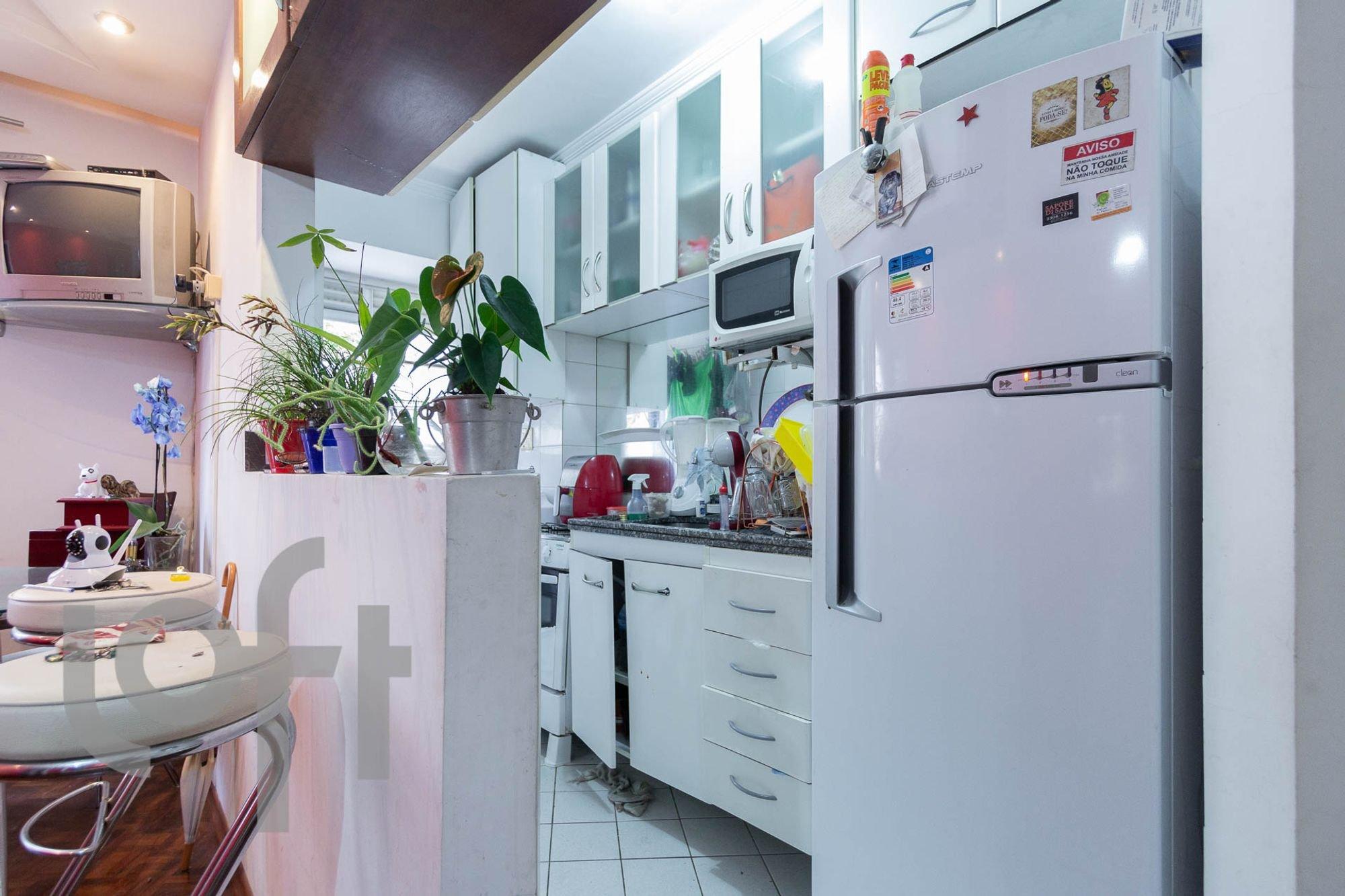 Foto de Cozinha com vaso de planta, televisão, geladeira, pia