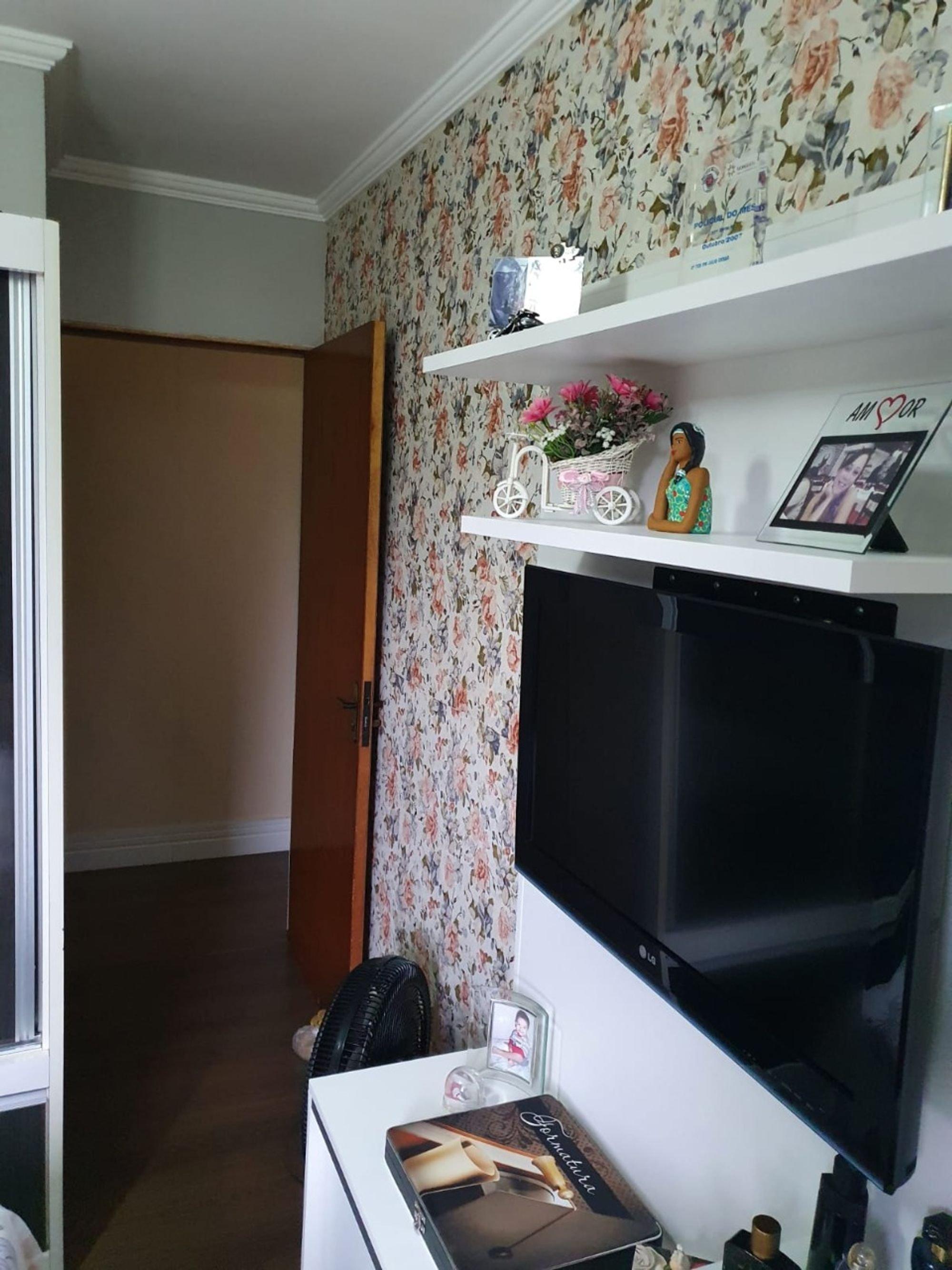 Foto de Cozinha com vaso de planta, televisão, vaso, garrafa