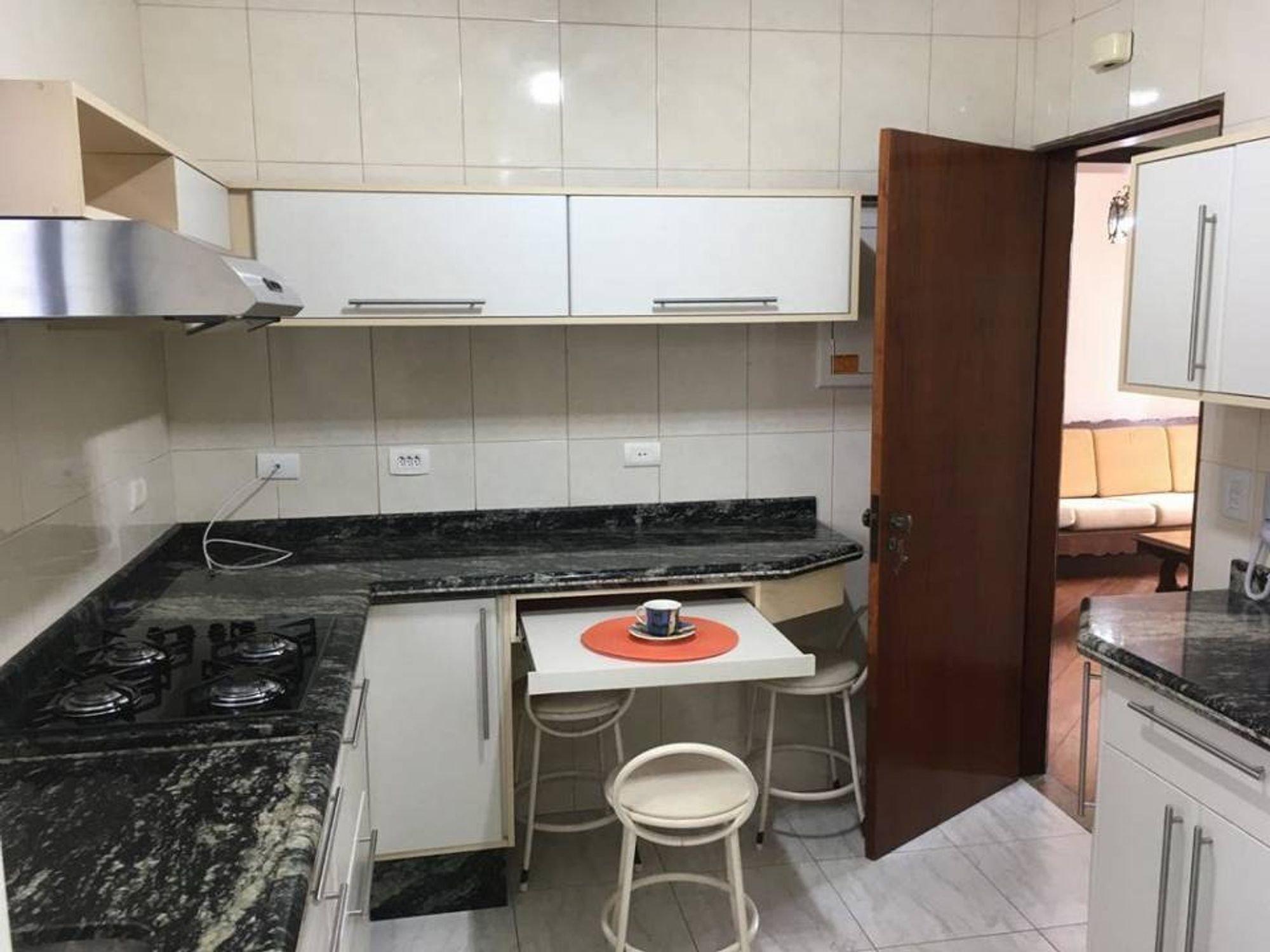 Foto de Cozinha com cadeira, xícara
