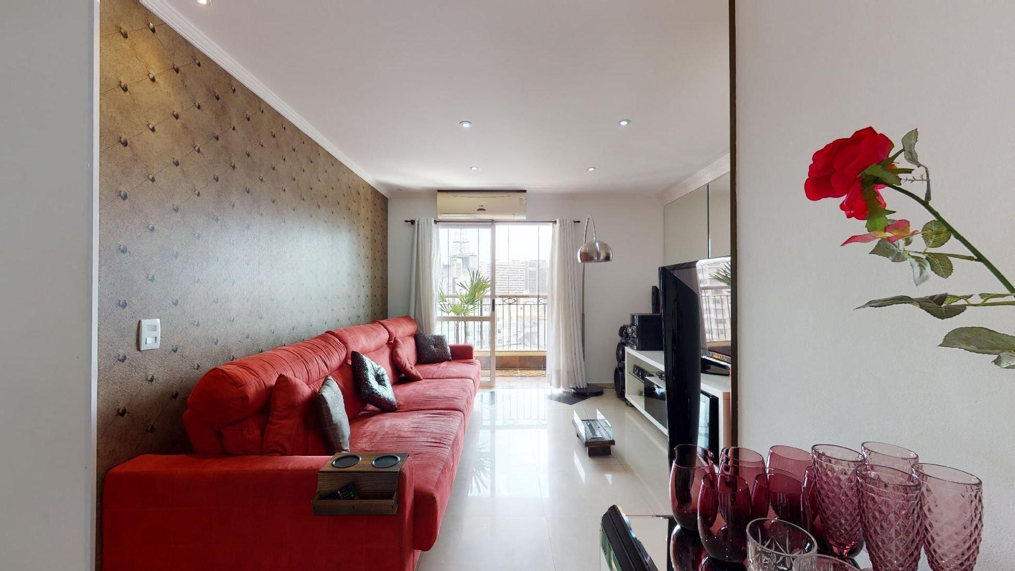 Foto de Sala com copo de vinho, sofá, televisão, vaso, cadeira