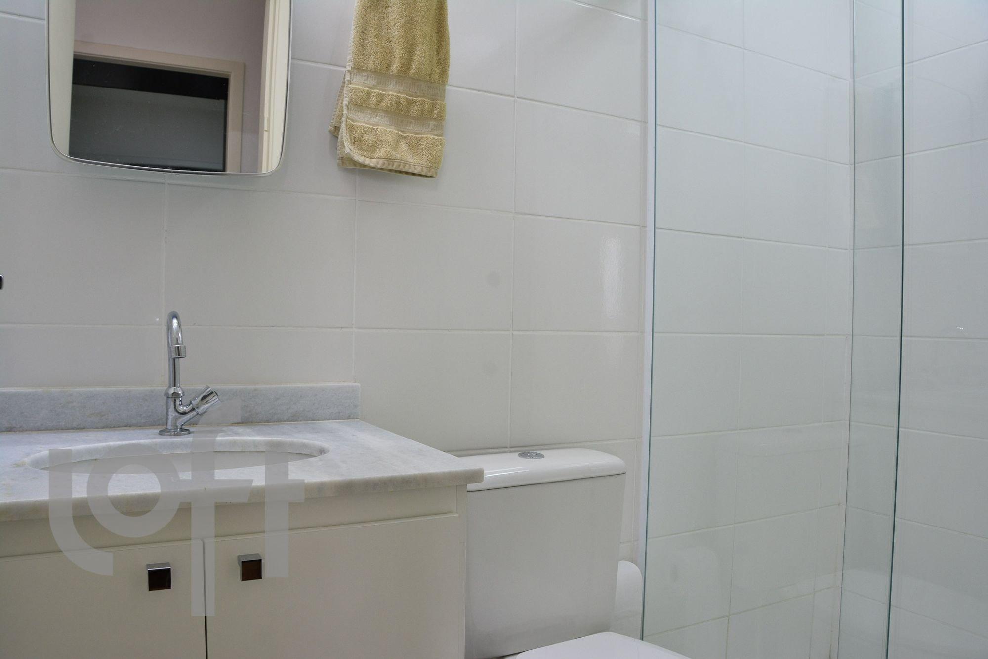 Foto de Banheiro com televisão, pia