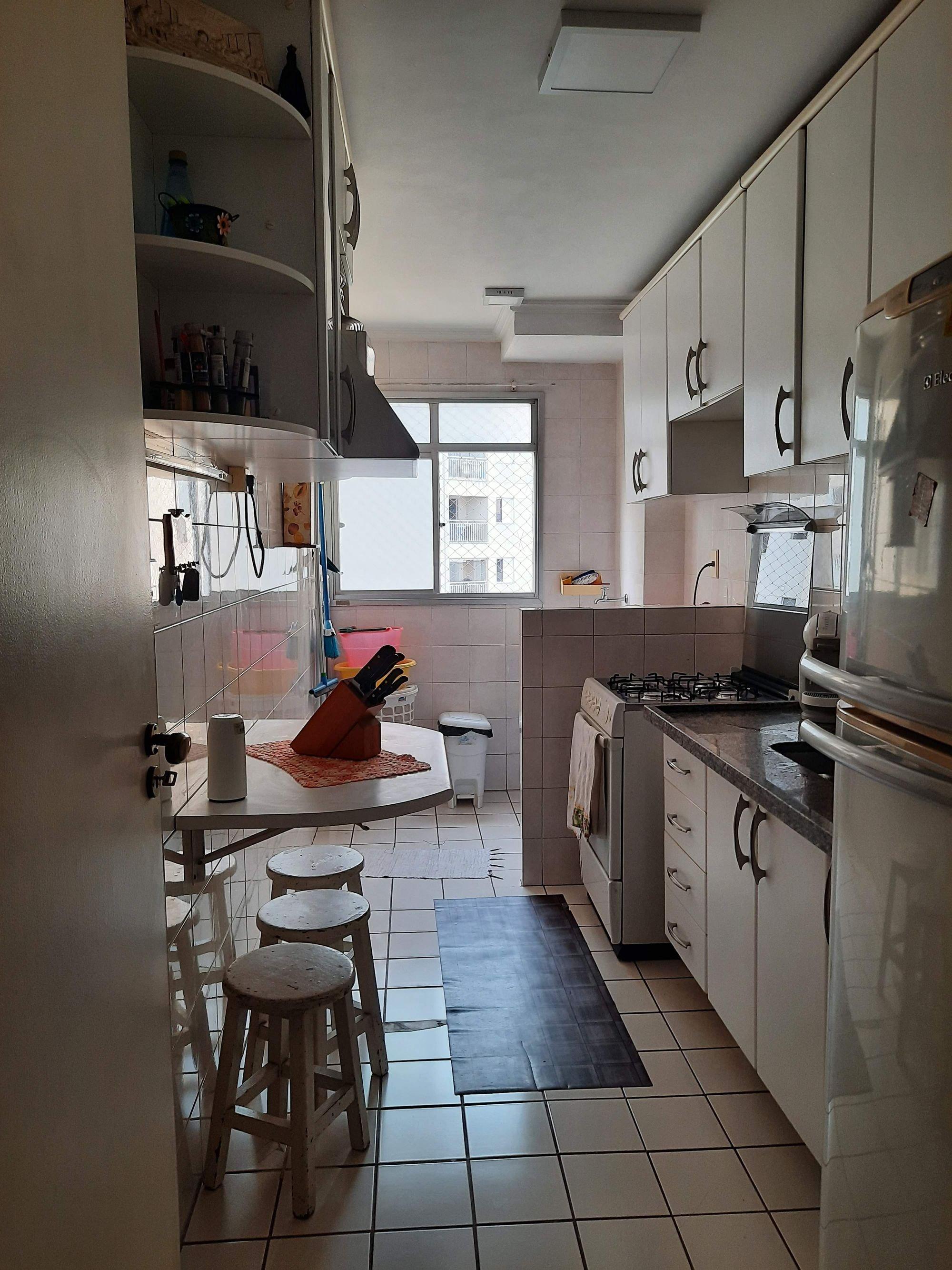 Foto de Cozinha com garrafa, forno, geladeira, cadeira, pia