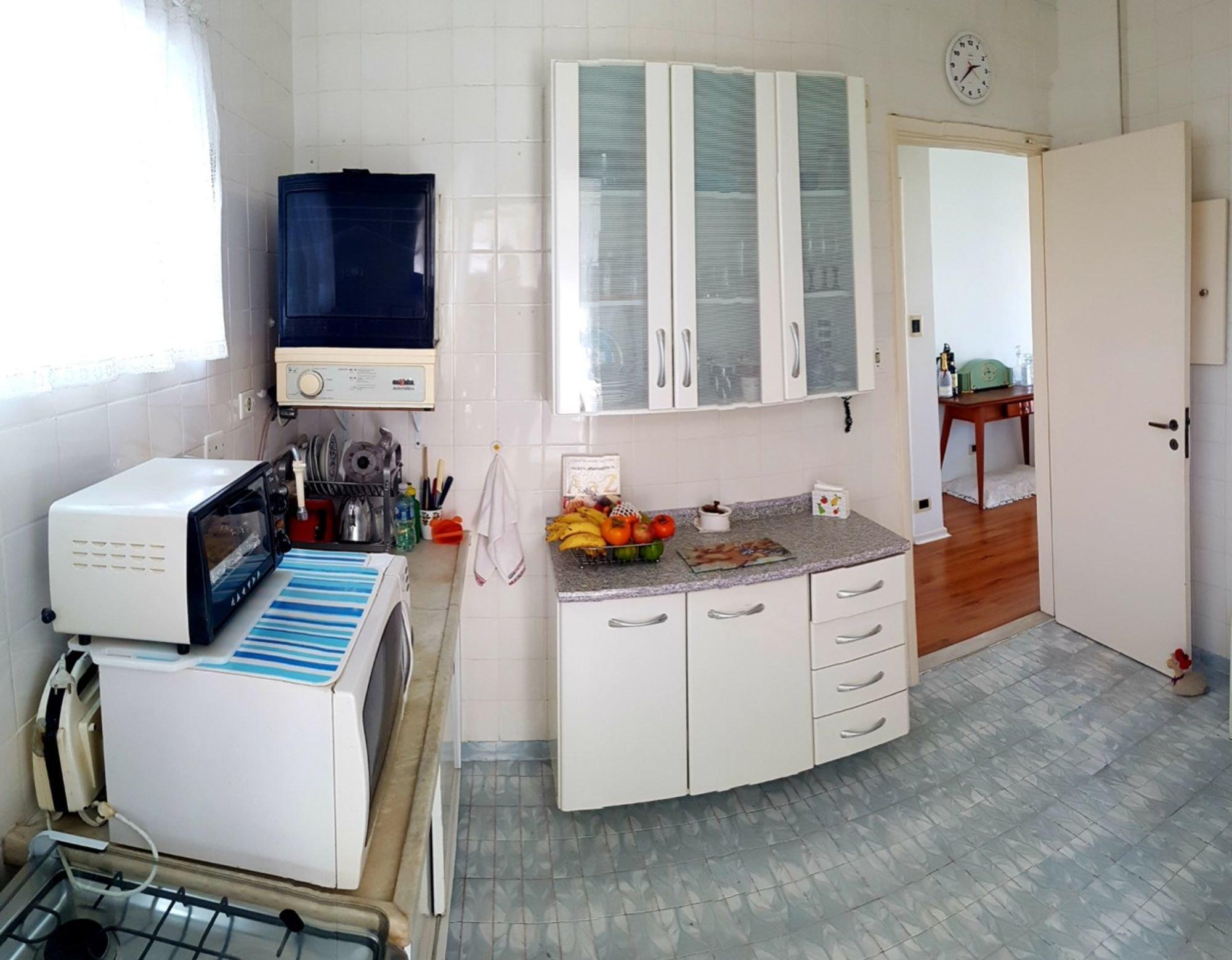 Foto de Cozinha com microondas, relógio, garrafa