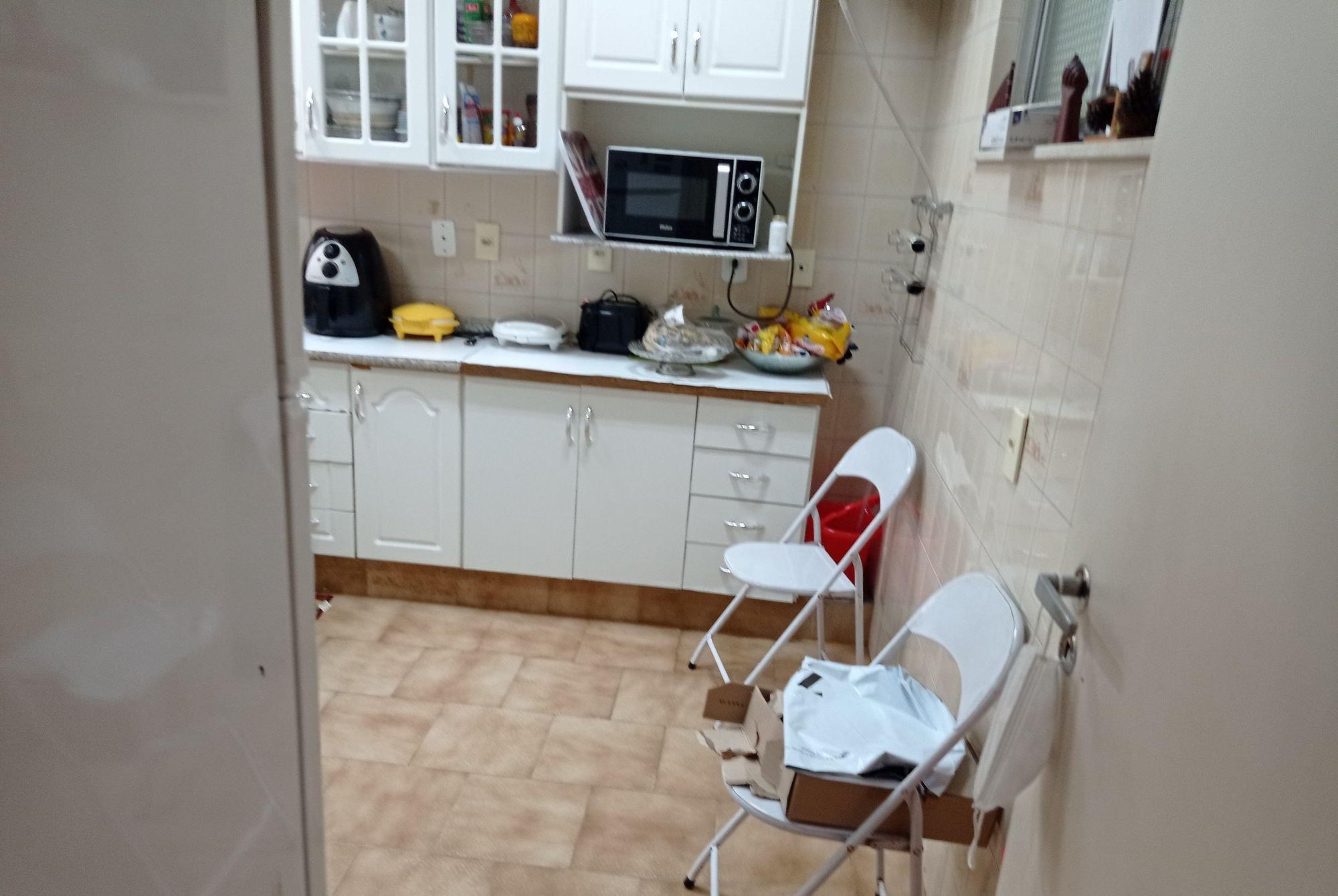 Foto de Cozinha com bolsa, tigela, cadeira, microondas