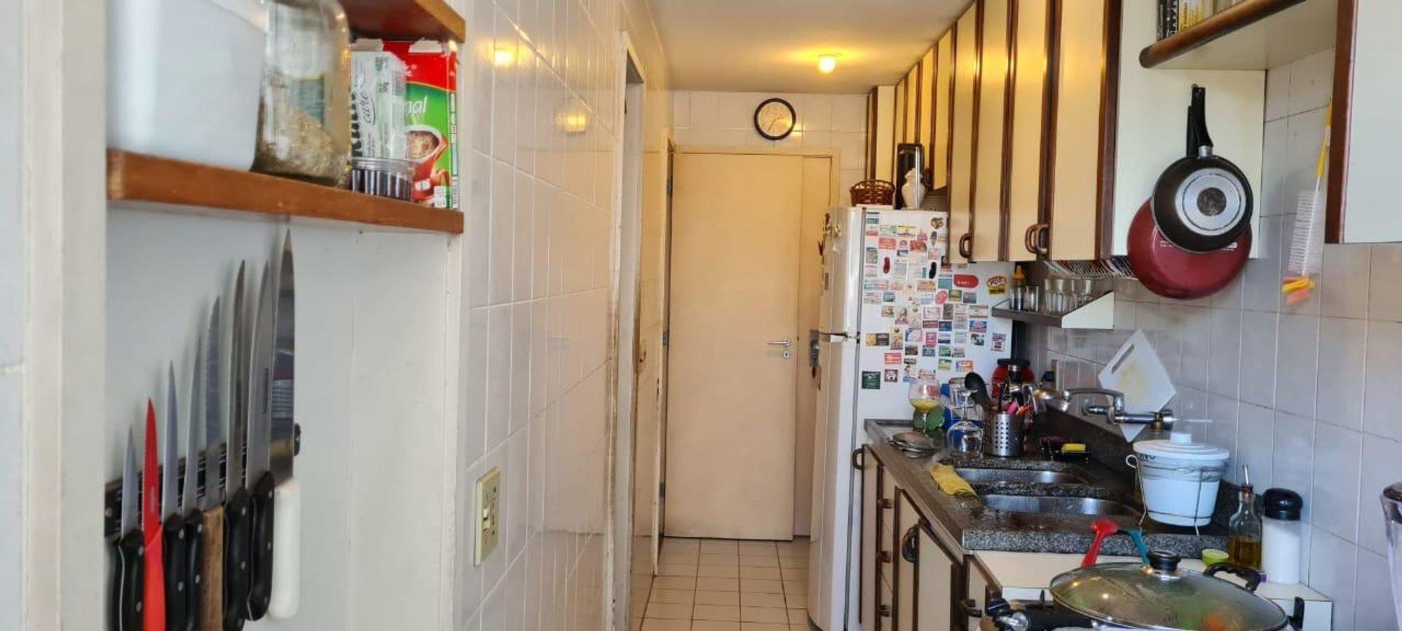 Foto de Cozinha com faca, relógio, garrafa