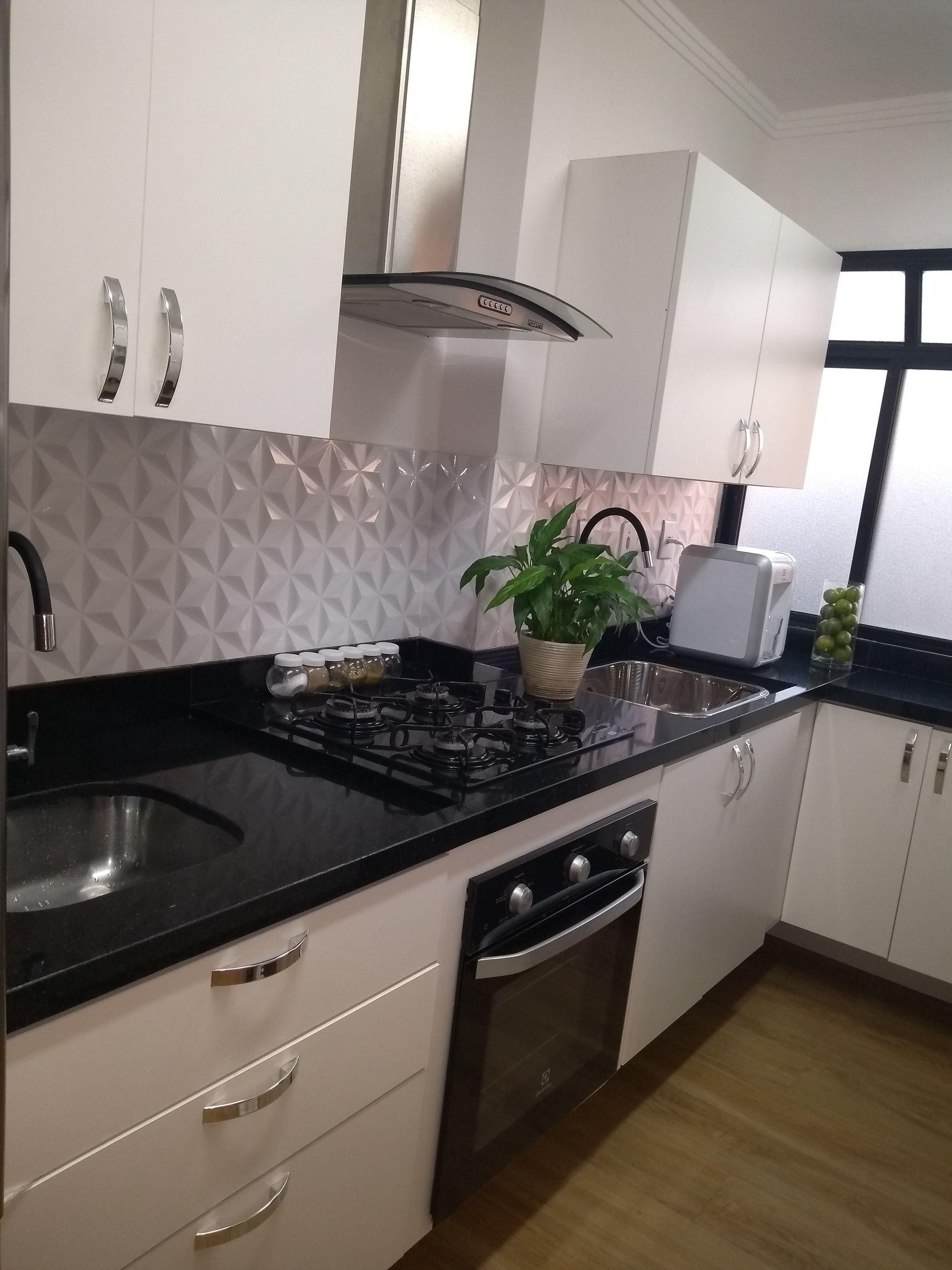 Foto de Cozinha com vaso de planta, vaso, forno, torradeira, pia