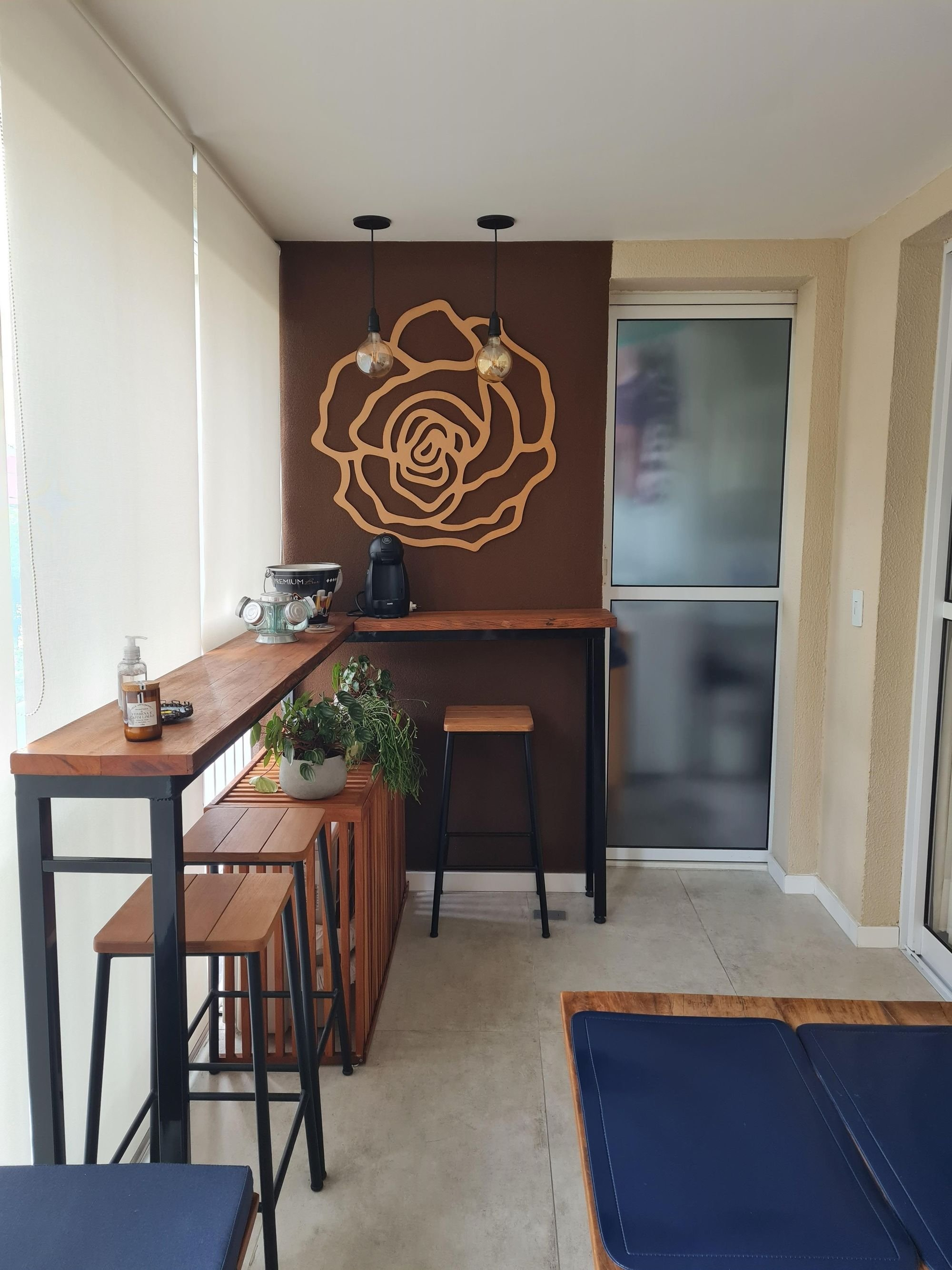 Foto de Sala com vaso de planta, garrafa, cadeira, mesa de jantar