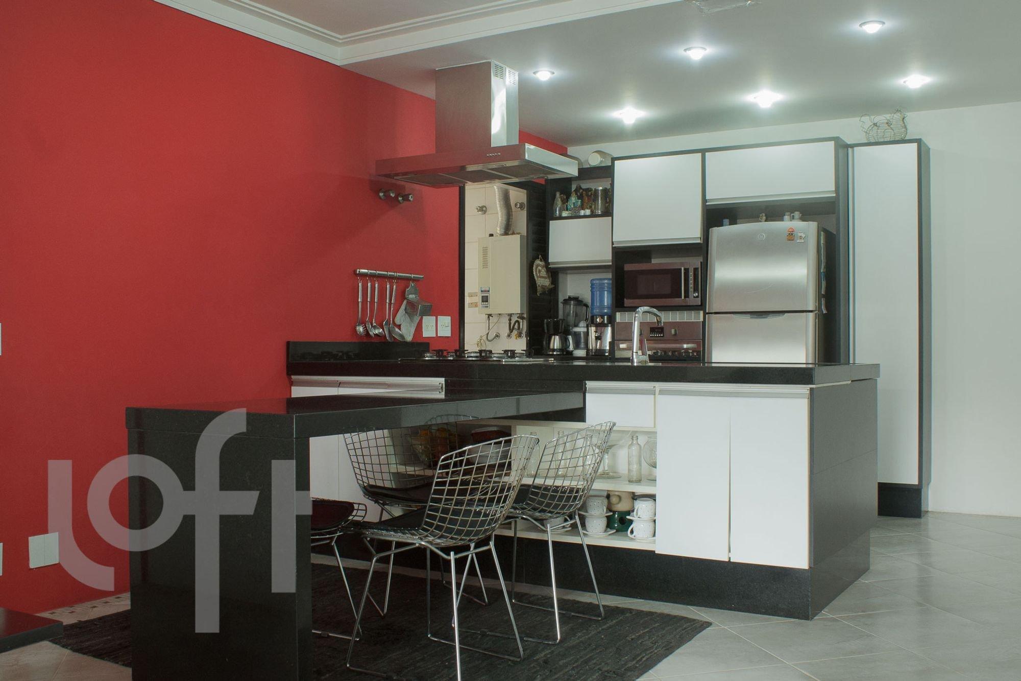 Foto de Cozinha com geladeira, cadeira, microondas