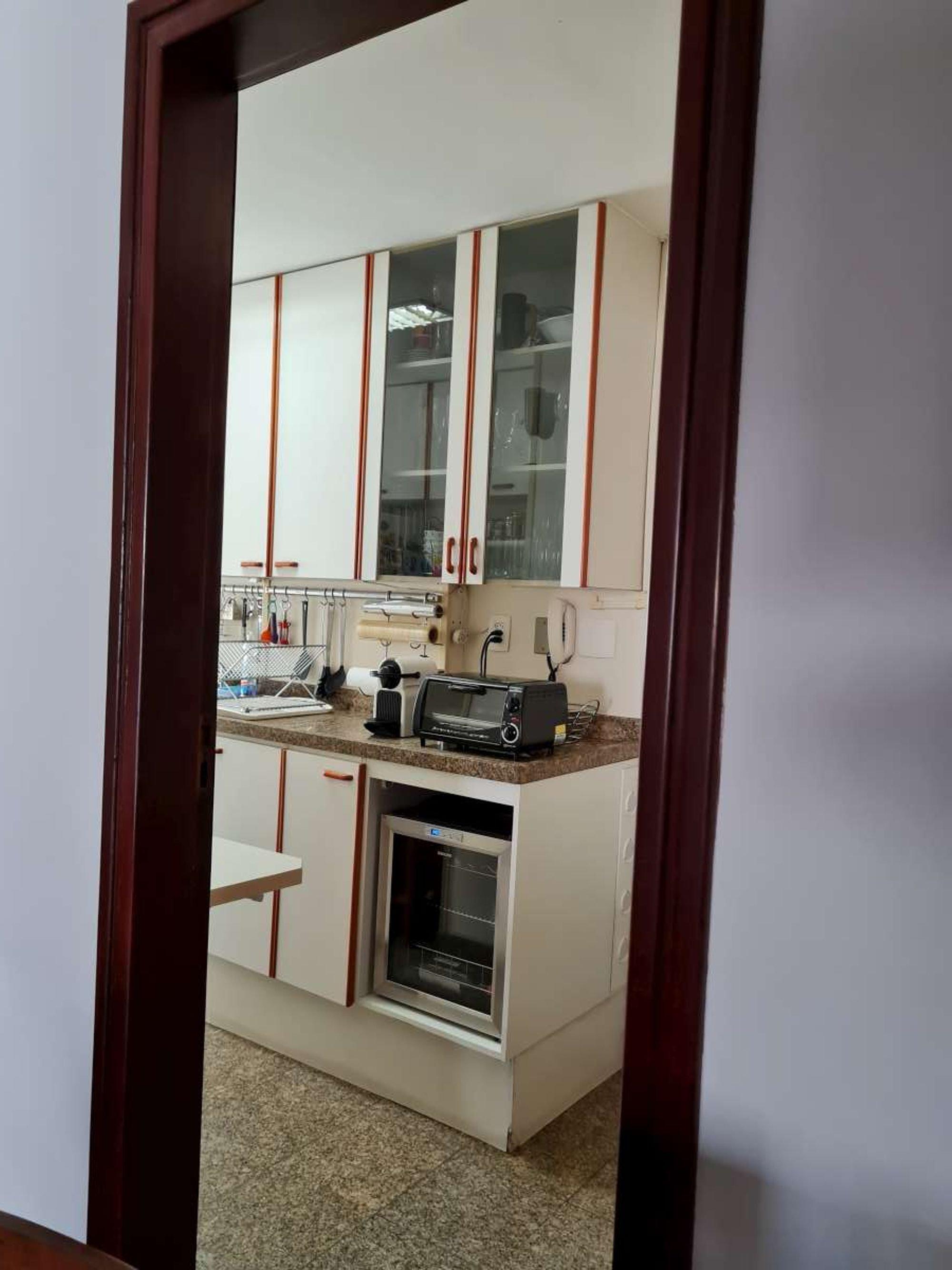 Foto de Cozinha com tigela, microondas