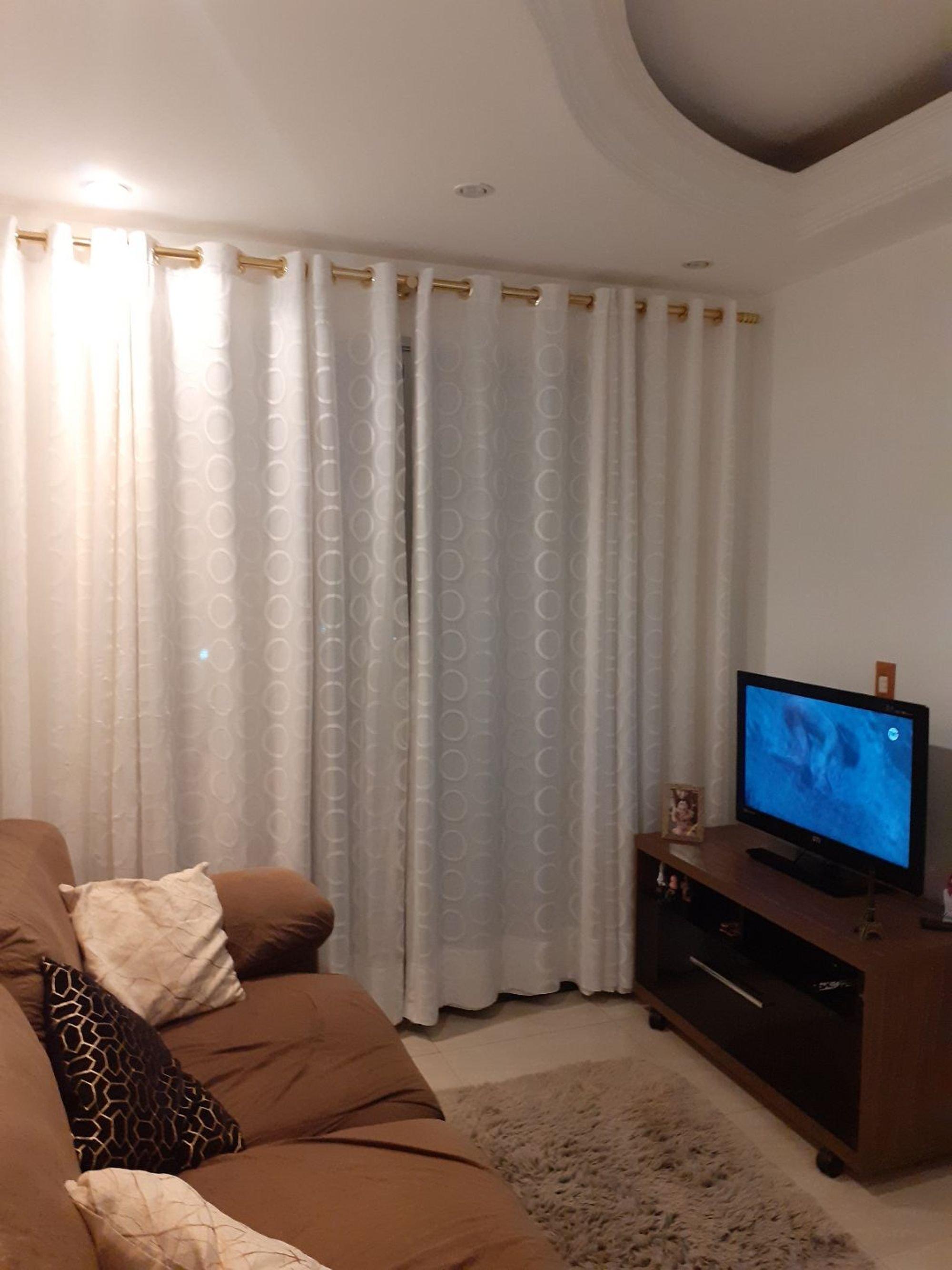 Foto de Quarto com sofá, televisão