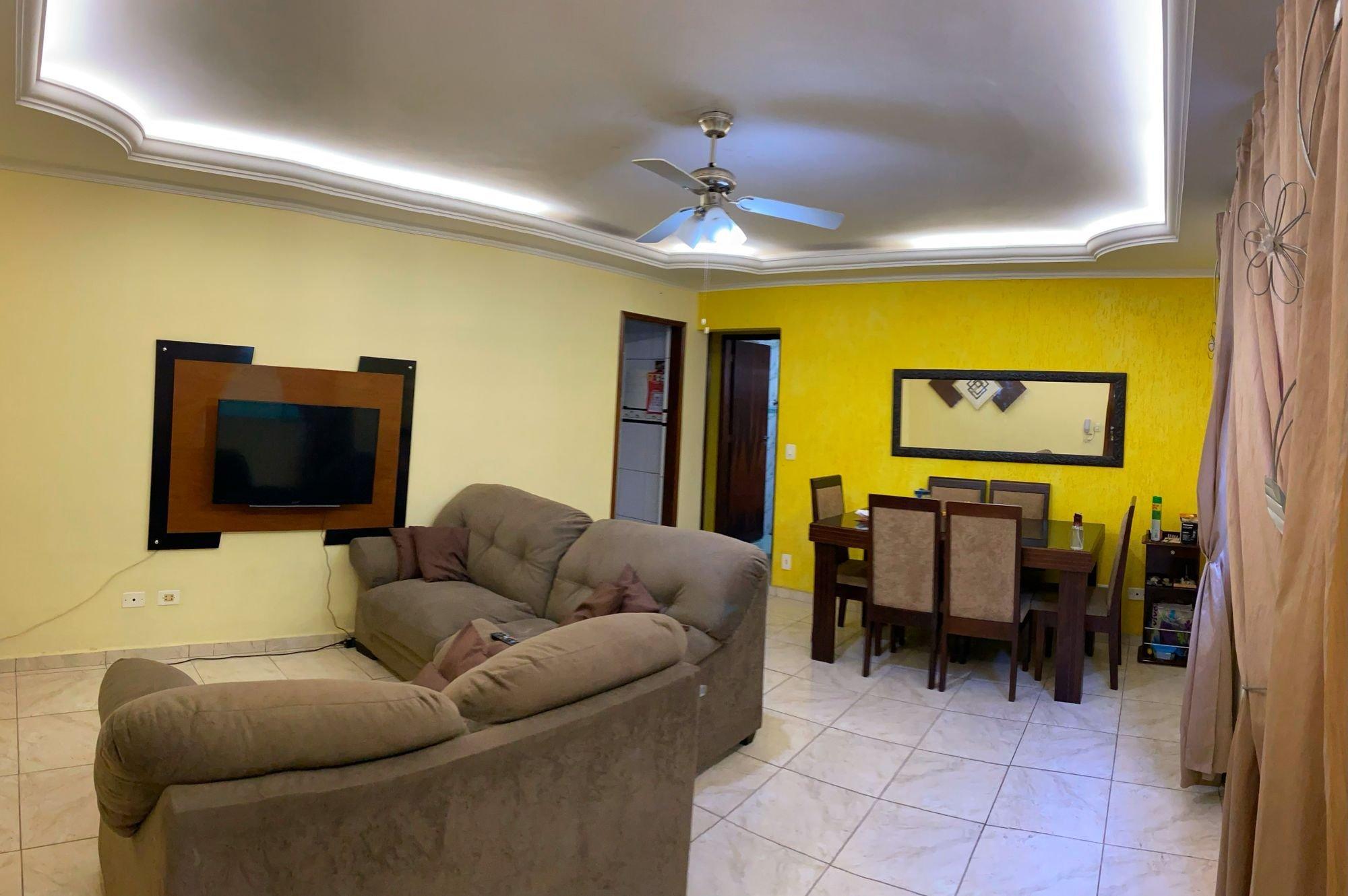 Foto de Sala com sofá, televisão, garrafa, cadeira, mesa de jantar