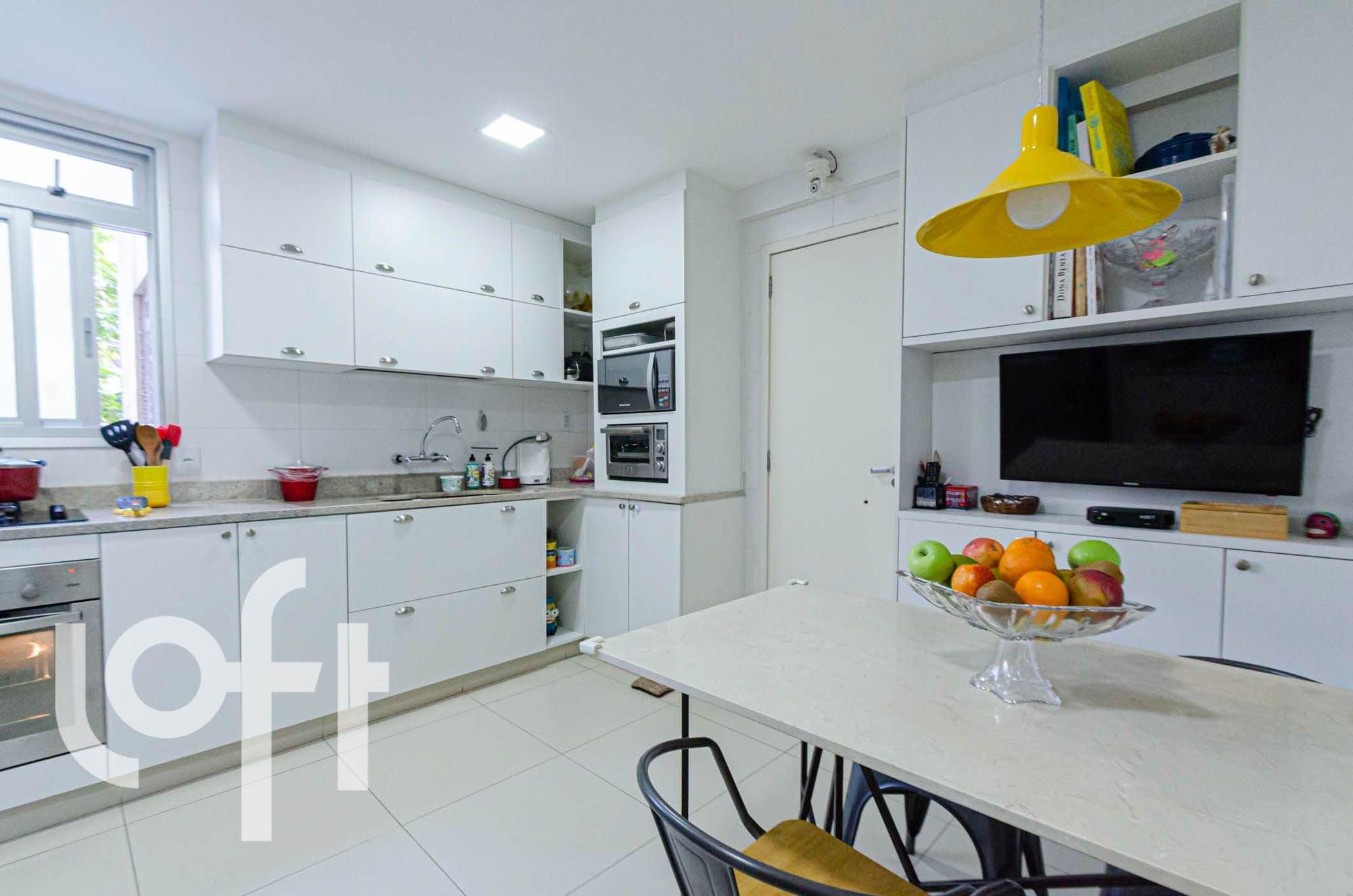 Foto de Cozinha com maçã, forno, cadeira, mesa de jantar, colher, garrafa, tigela, microondas