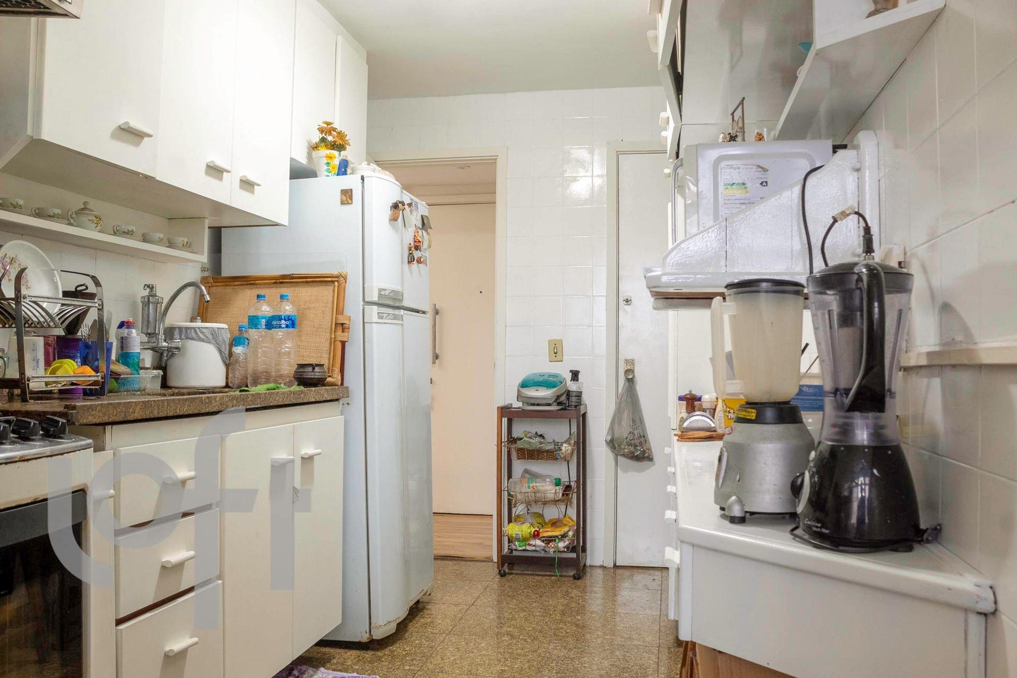 Foto de Varanda com tigela, geladeira, garrafa