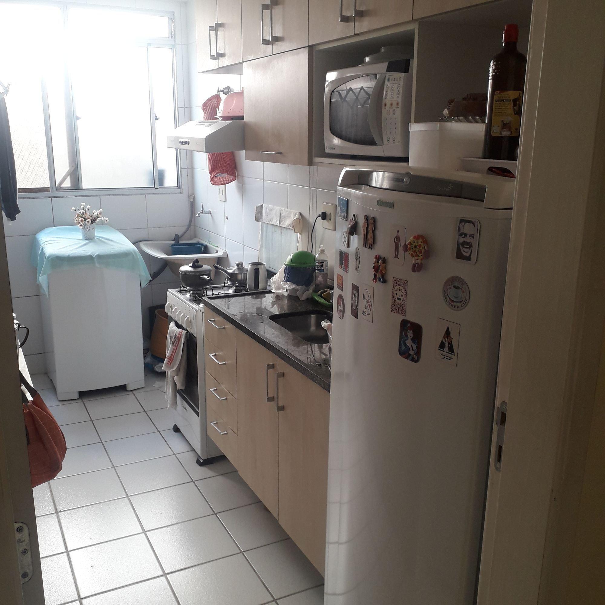 Foto de Cozinha com bolsa, garrafa, forno, geladeira, pia, microondas