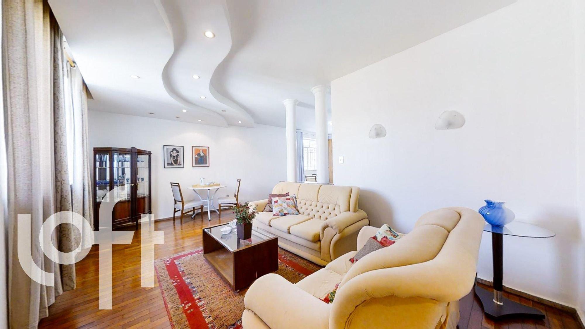 Foto de Sala com vaso de planta, sofá, vaso, cadeira