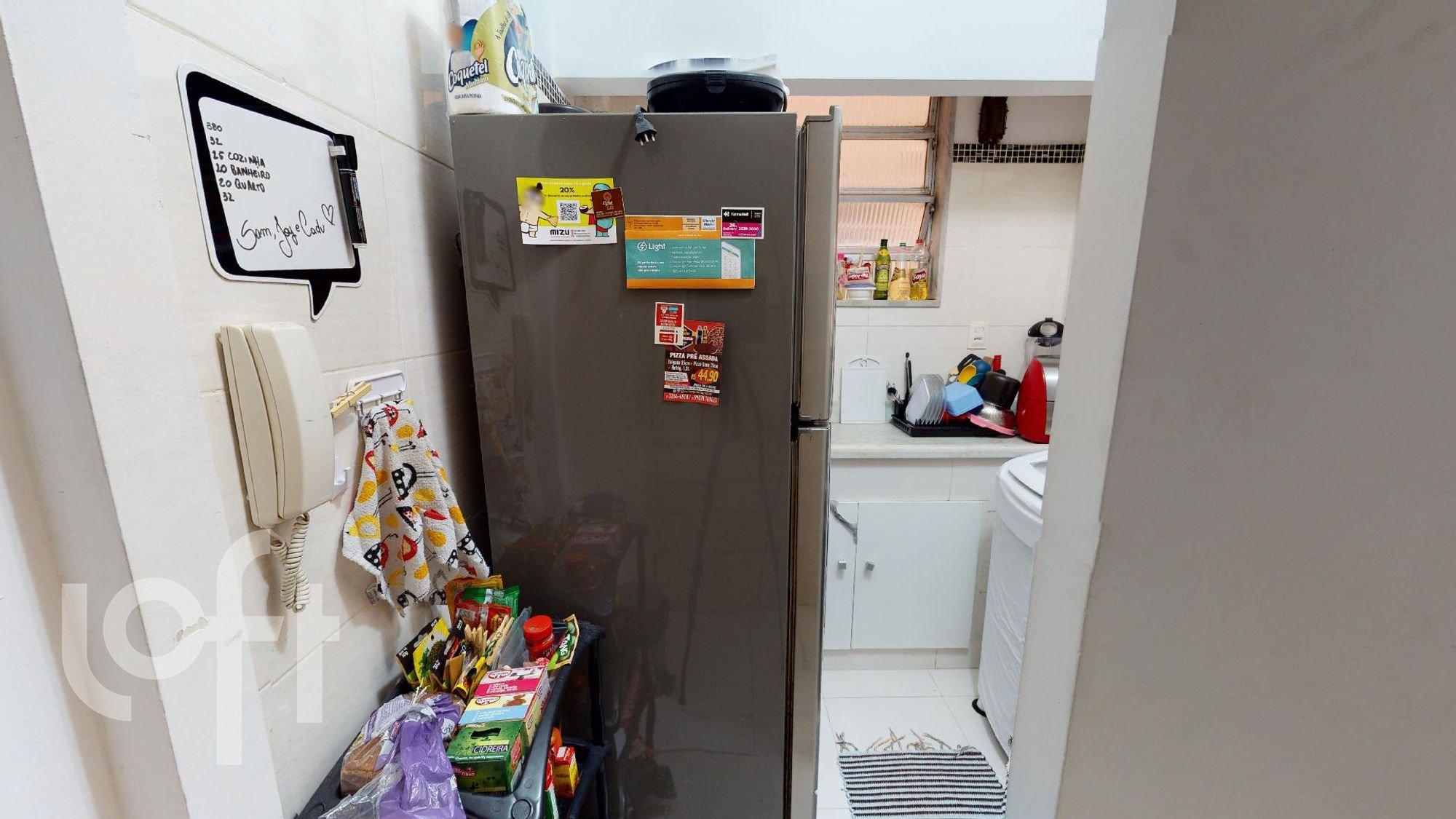 Foto de Lavanderia com geladeira, garrafa