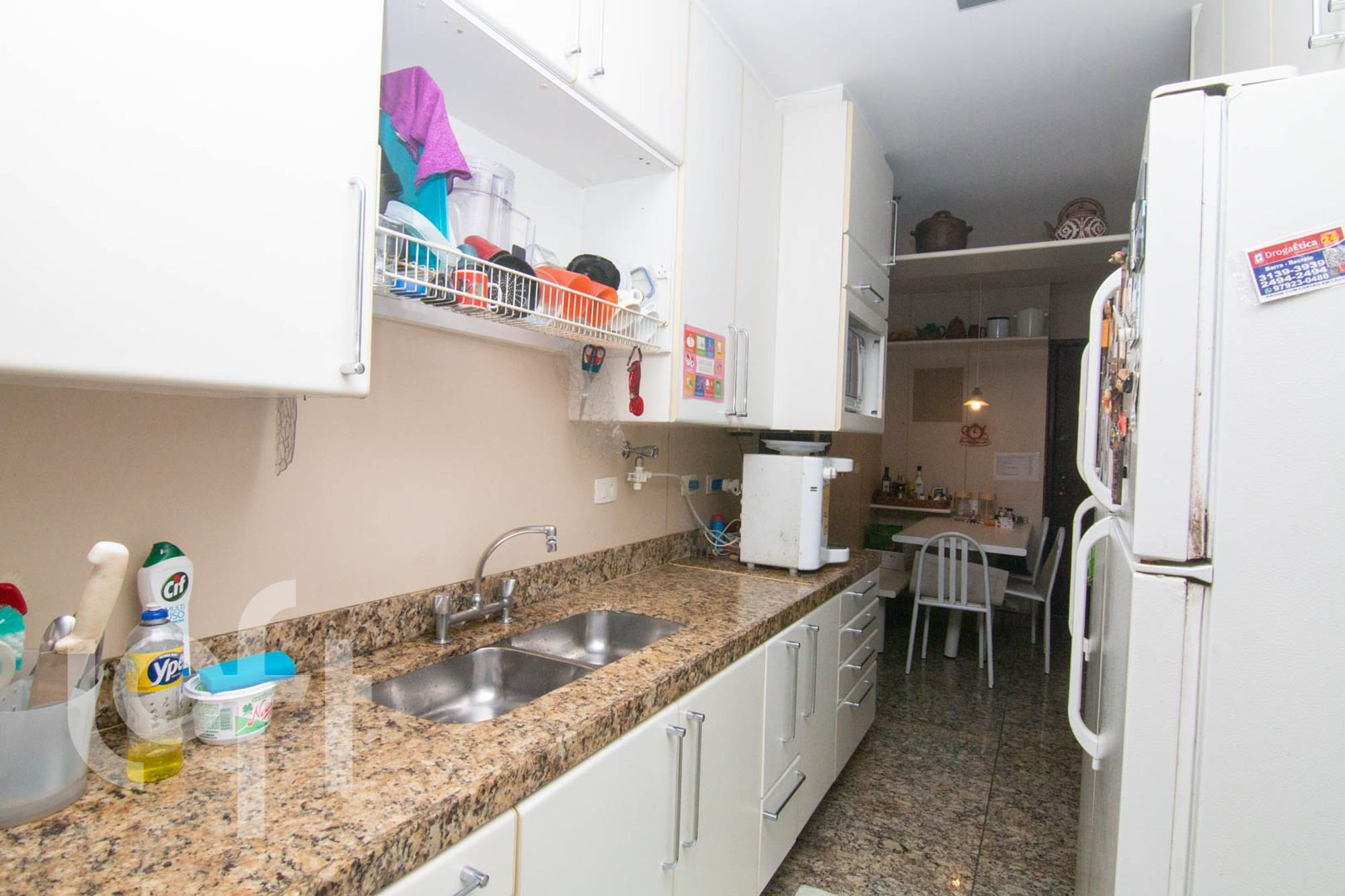 Foto de Cozinha com garrafa, geladeira, cadeira, pia