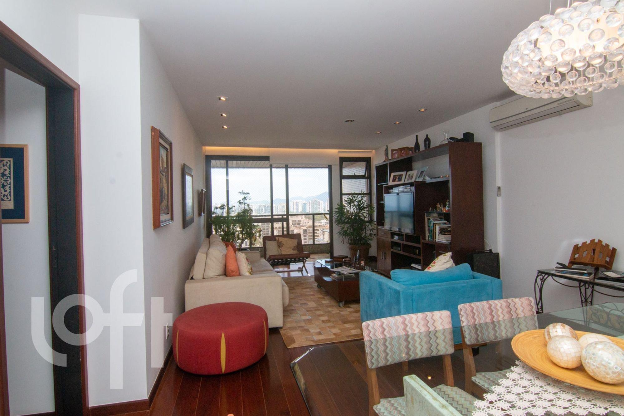 Foto de Sala com vaso de planta, sofá, vaso, garrafa, cadeira