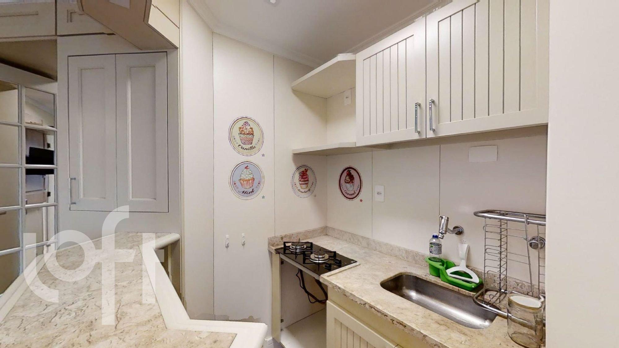 Foto de Cozinha com relógio, garrafa, forno, pia