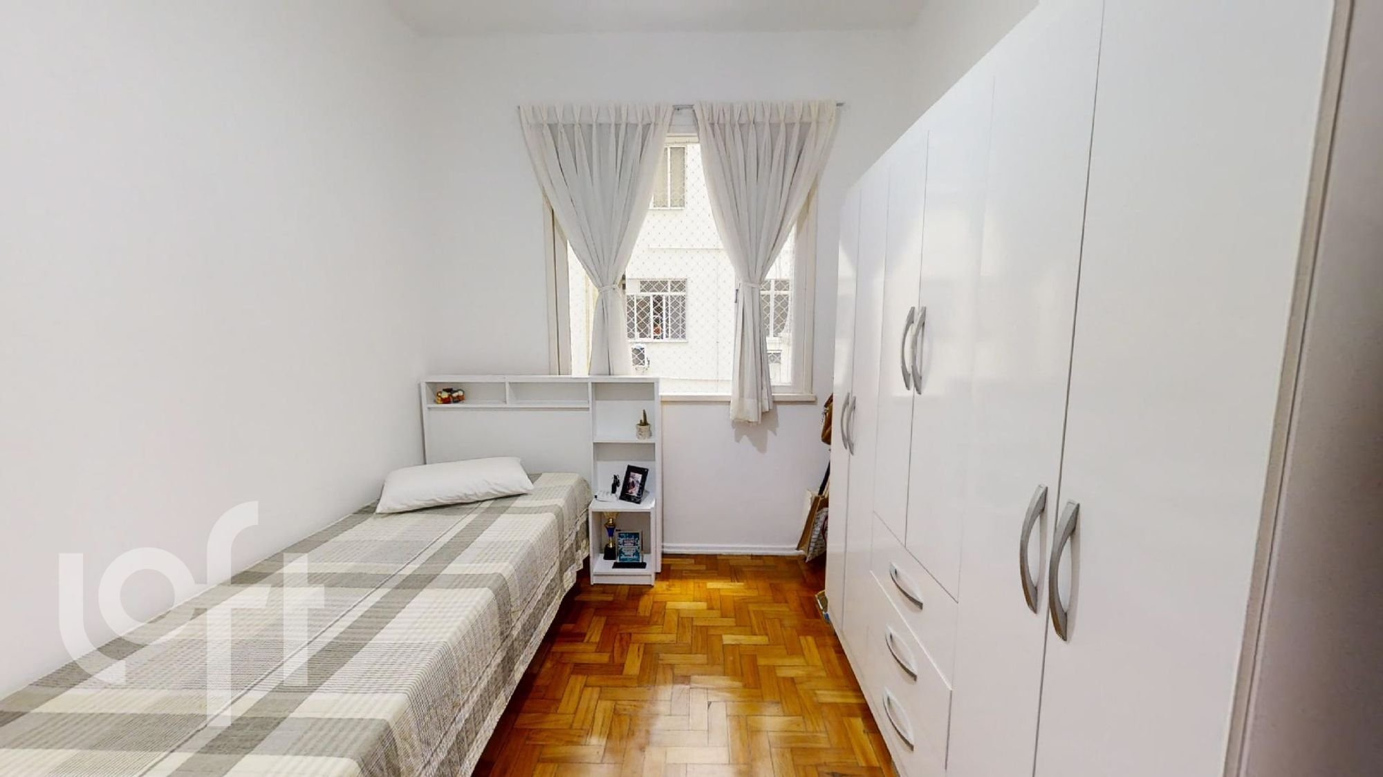 Foto de Corredor com cama, geladeira